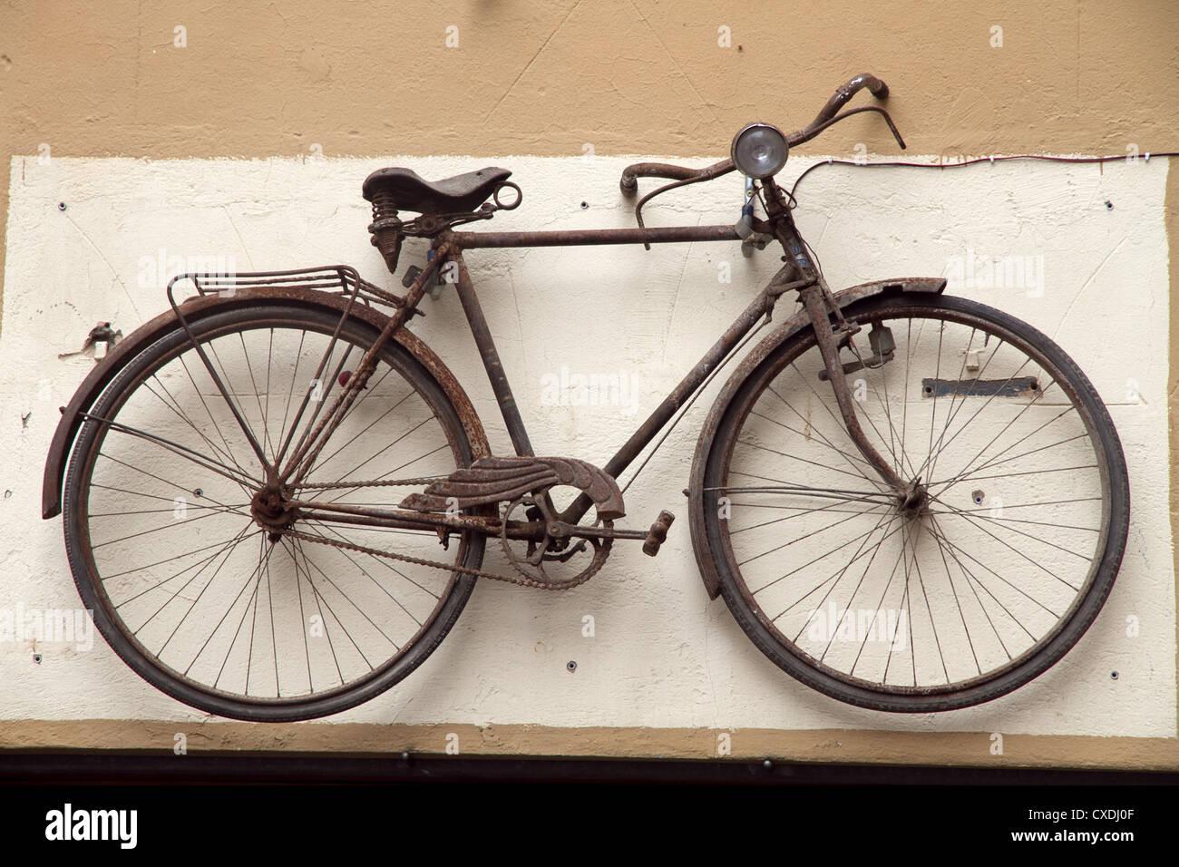 Oldtimer Fahrrad Hangen An Der Wand Auf Die Reparatur Werkstatt Shop