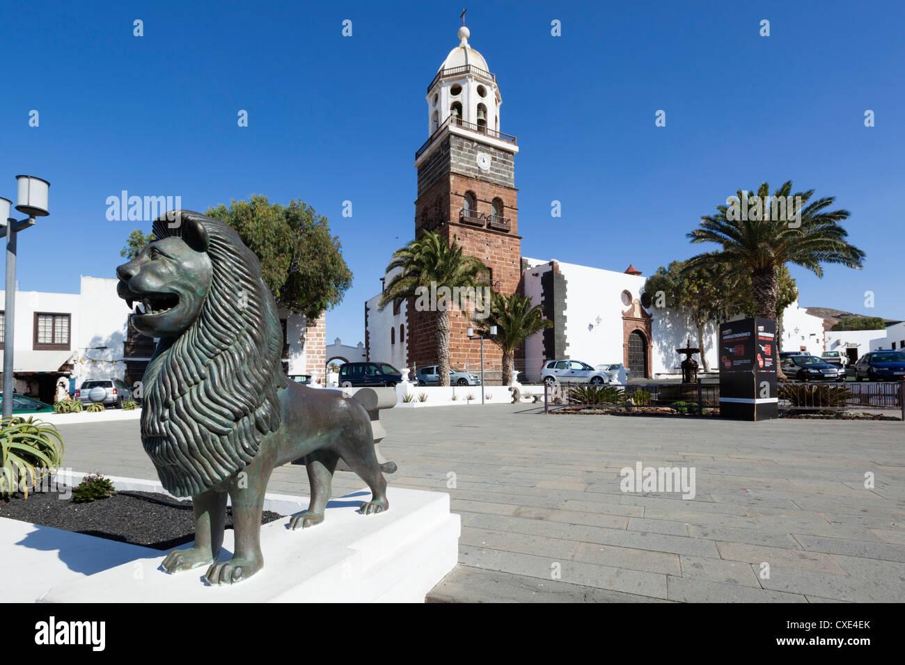Hauptplatz und Kirche unserer lieben Frau von Guadalupe, Teguise, Lanzarote, Kanarische Inseln, Spanien Stockbild