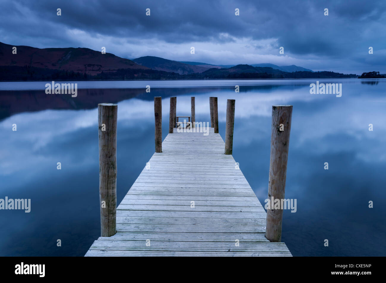 Morgendämmerung am Ashness Landung Steg auf Derwentwater, Keswick, Nationalpark Lake District, Cumbria, England, Stockbild