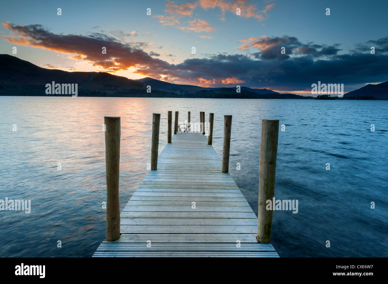 Sonnenuntergang am Ashness Steg, Barrow Bay, Derwent Water, Keswick, Nationalpark Lake District, Cumbria, England Stockbild