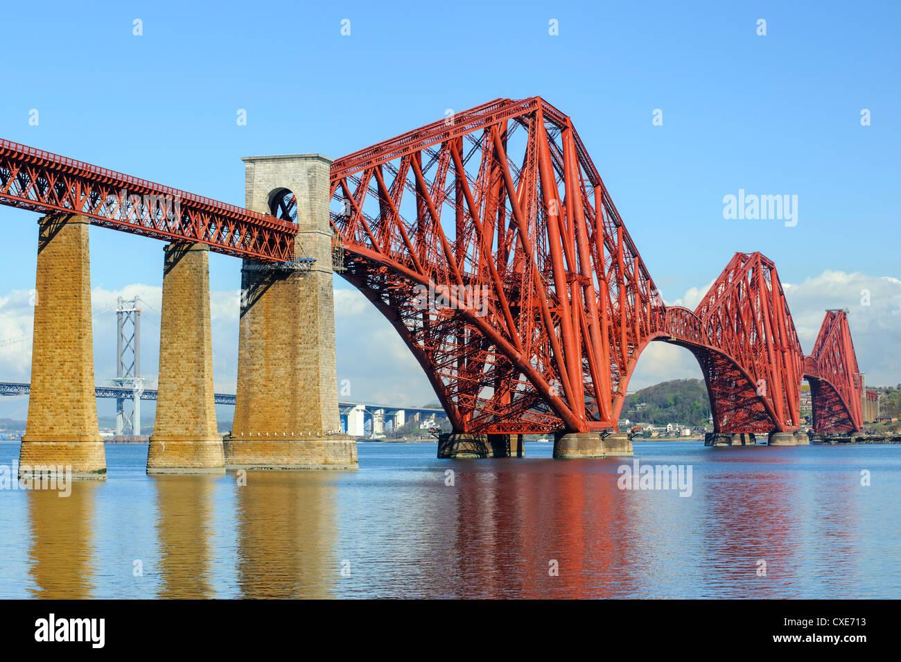 Forth Rail Bridge über den Firth von weiter, South Queensferry in der Nähe von Edinburgh, Lothian, Schottland Stockbild