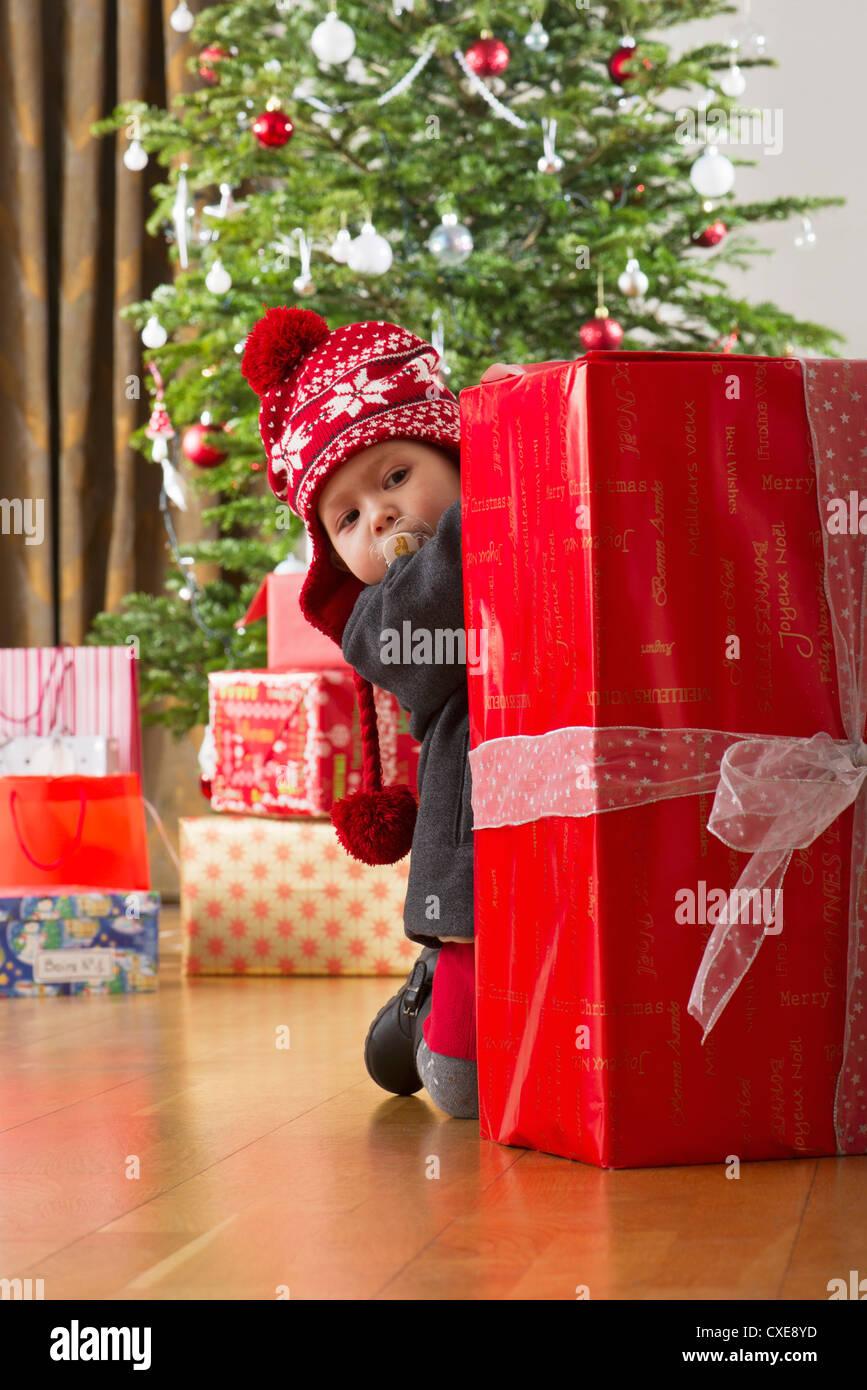 Babymädchen große Weihnachtsgeschenk einsehen Stockfoto, Bild ...