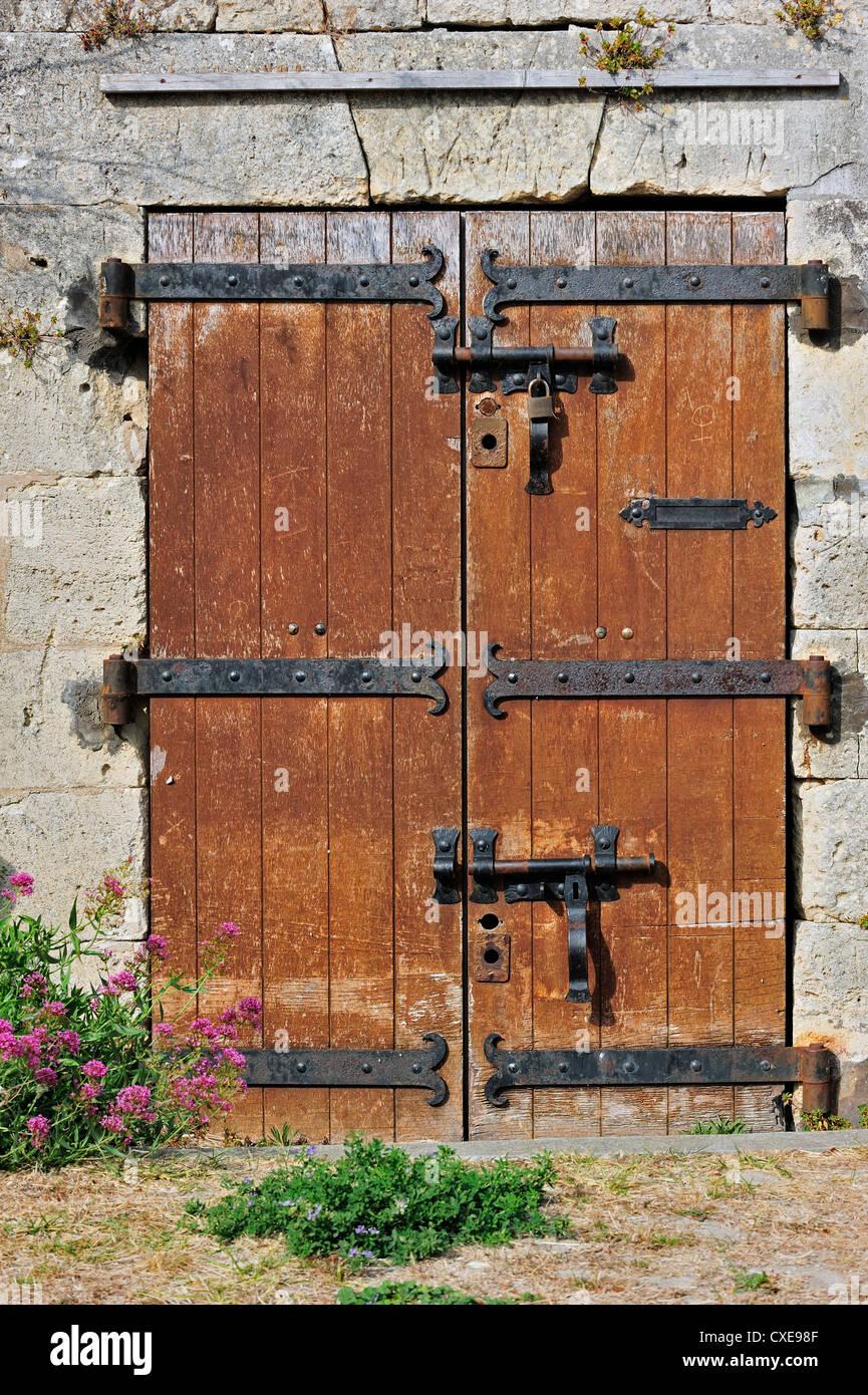 alte holztür mit schweren scharnieren in der zitadelle am le château