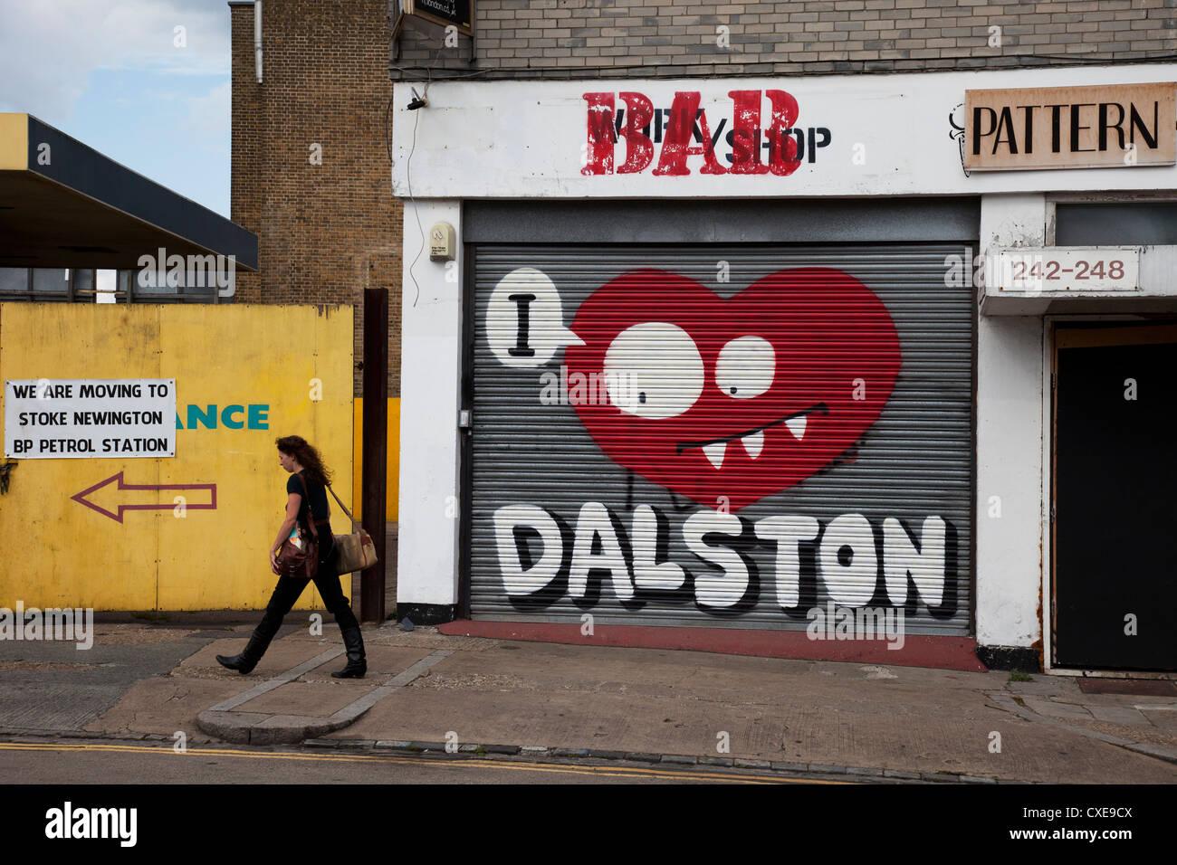 Ich liebe Dalston Straßenkunst Graffiti Fensterläden diesbezüglich modische East End von London, Stockbild
