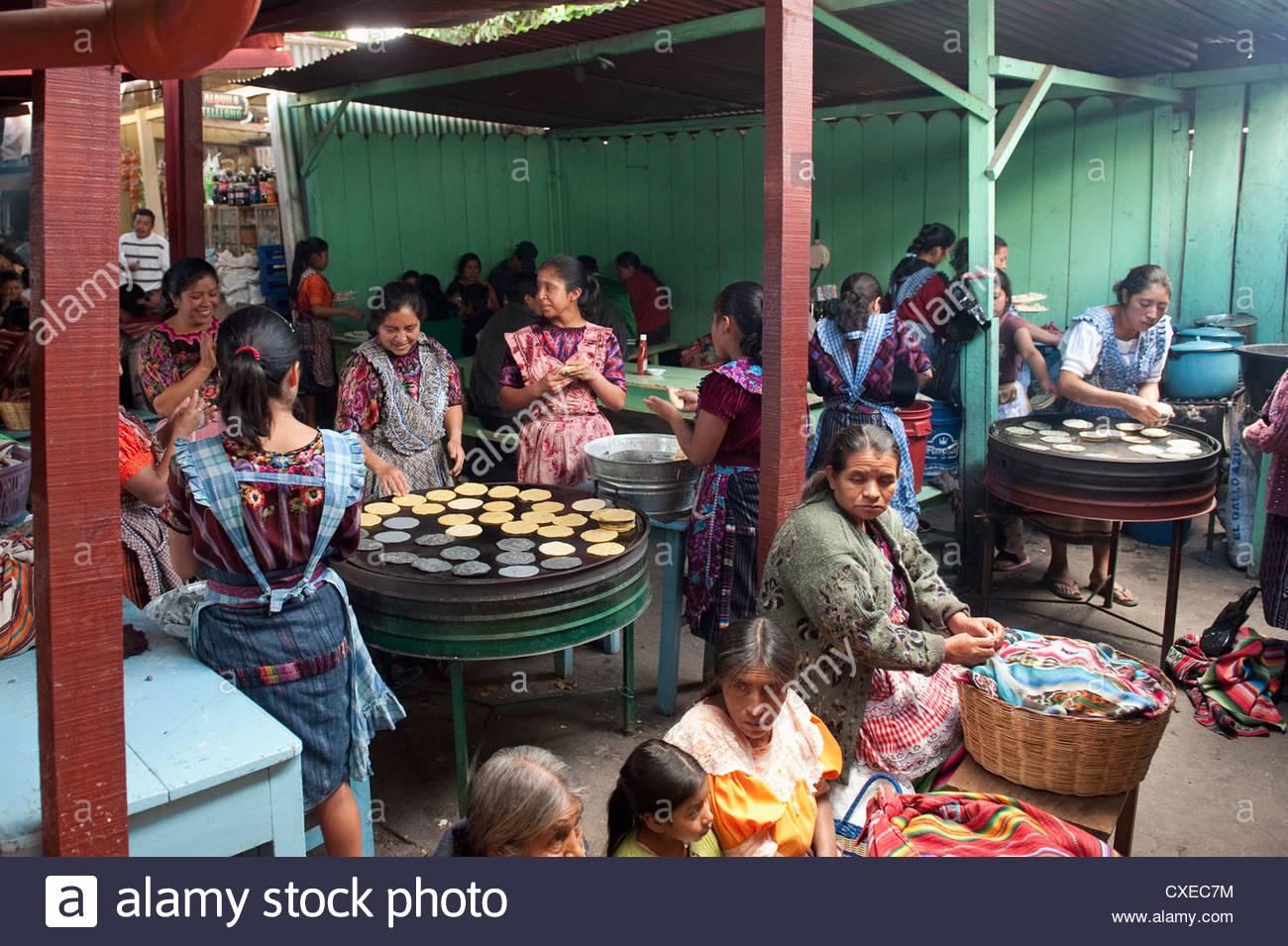 Mittagessen, Vorbereitung, Chichicastenango Markt, Chichicastenango, Guatemala, Mittelamerika Stockbild