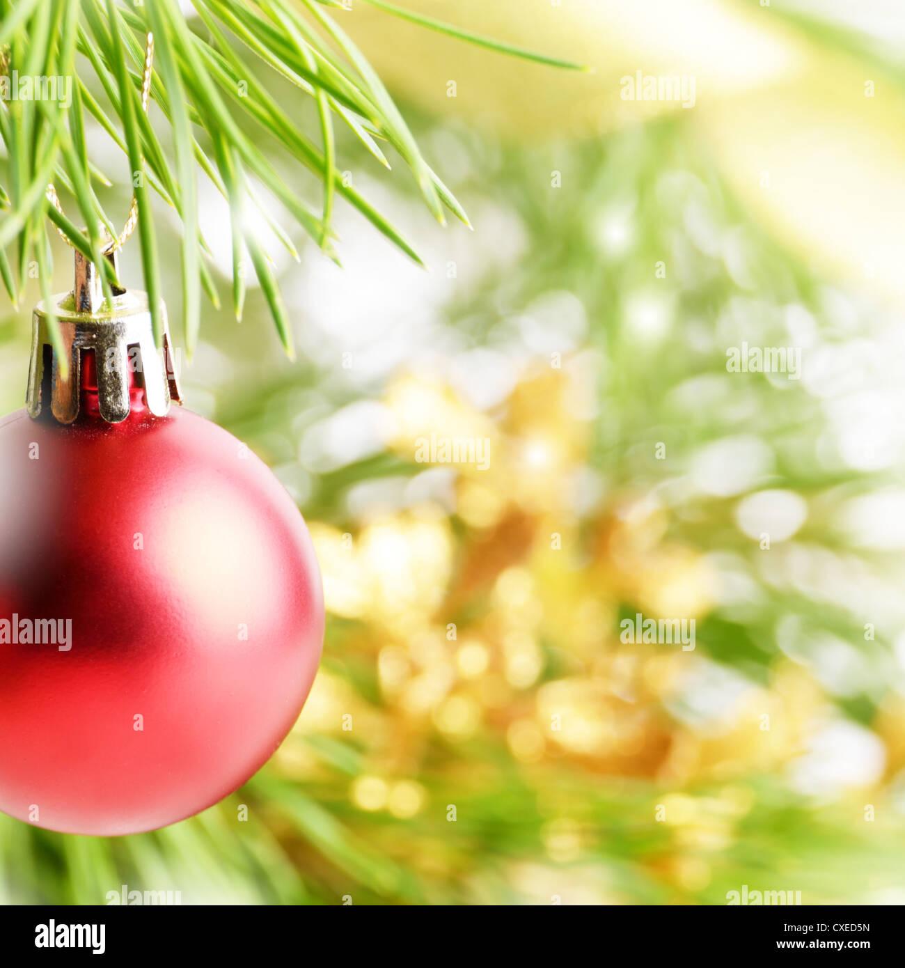 Weihnachten rote Ball über hellen Hintergrund Stockfoto