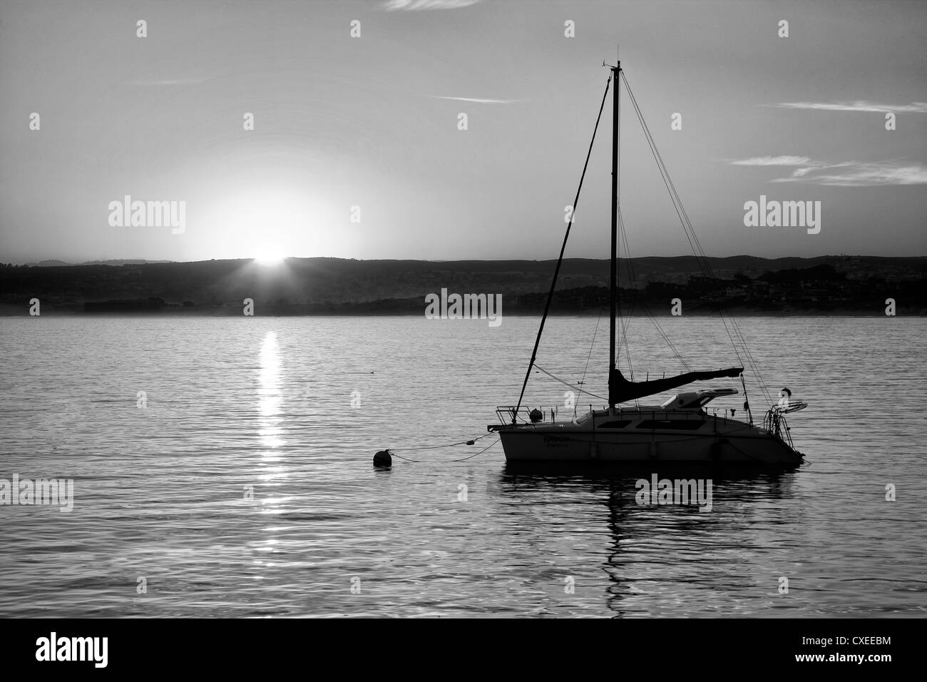 Sunrise und Segelboot. Monterey Bay, Caliifornia Stockbild