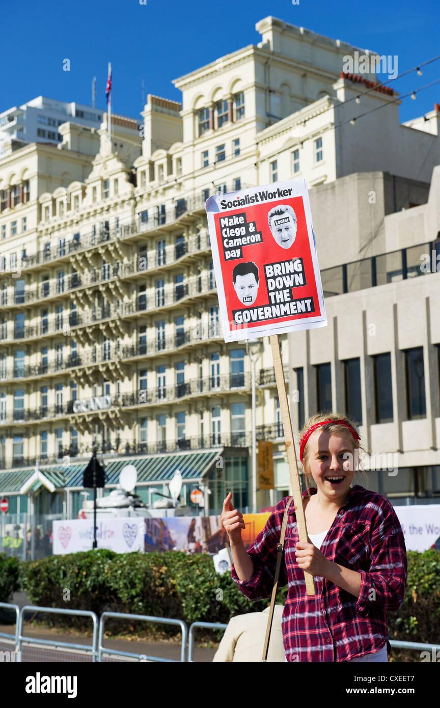 Eine weibliche politische Demonstrant auf Brighton Seafront Stockbild