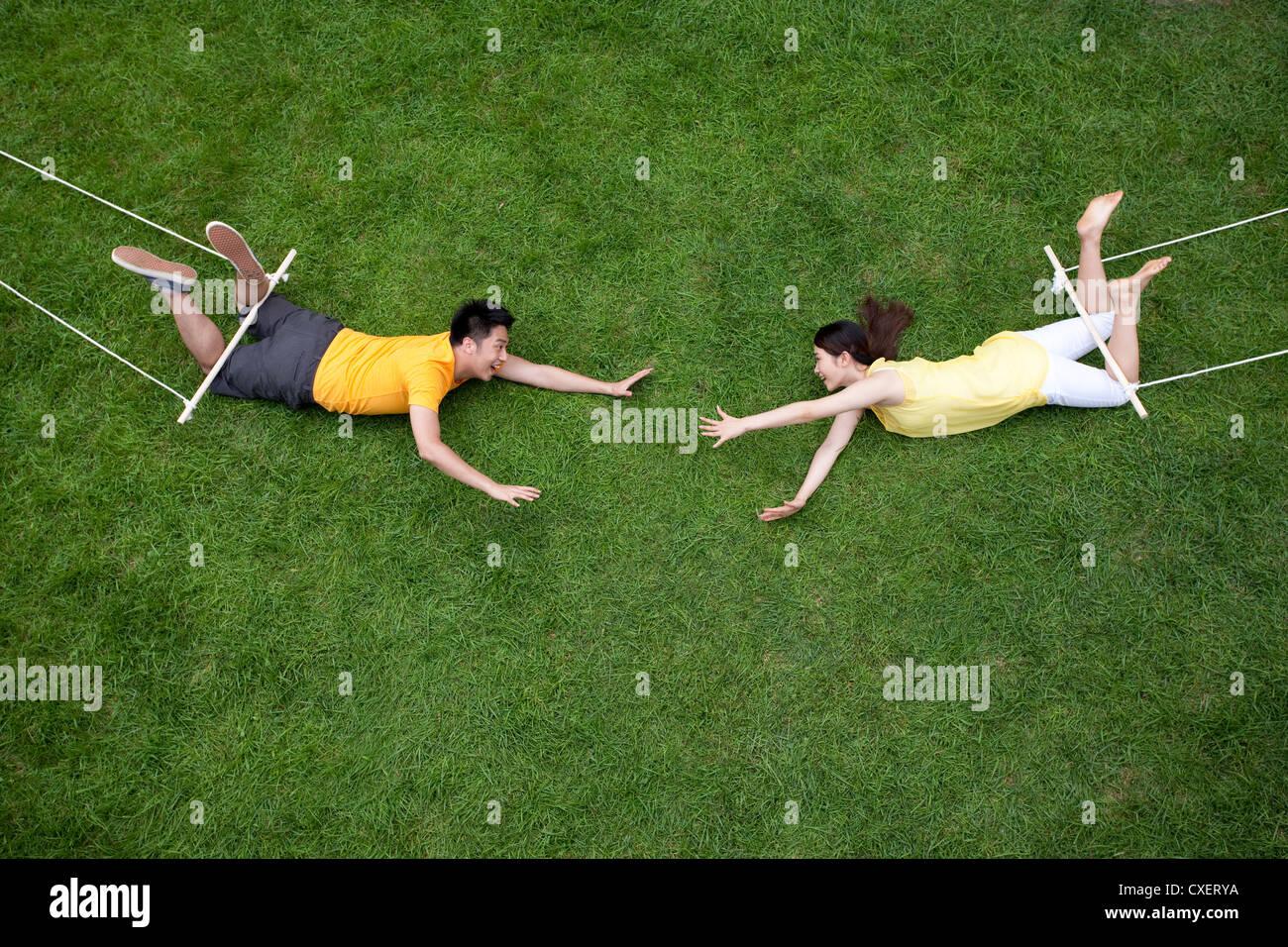 Kreative junge Paar imitieren Luftakrobat Stockbild