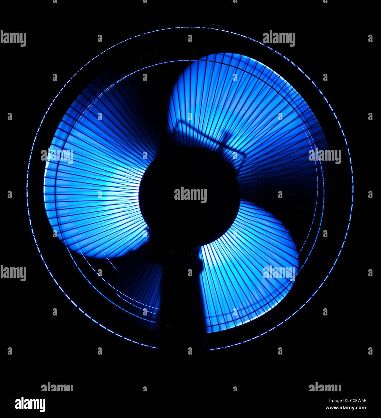 großes Büro-Ventilator in blauem Licht Stockbild