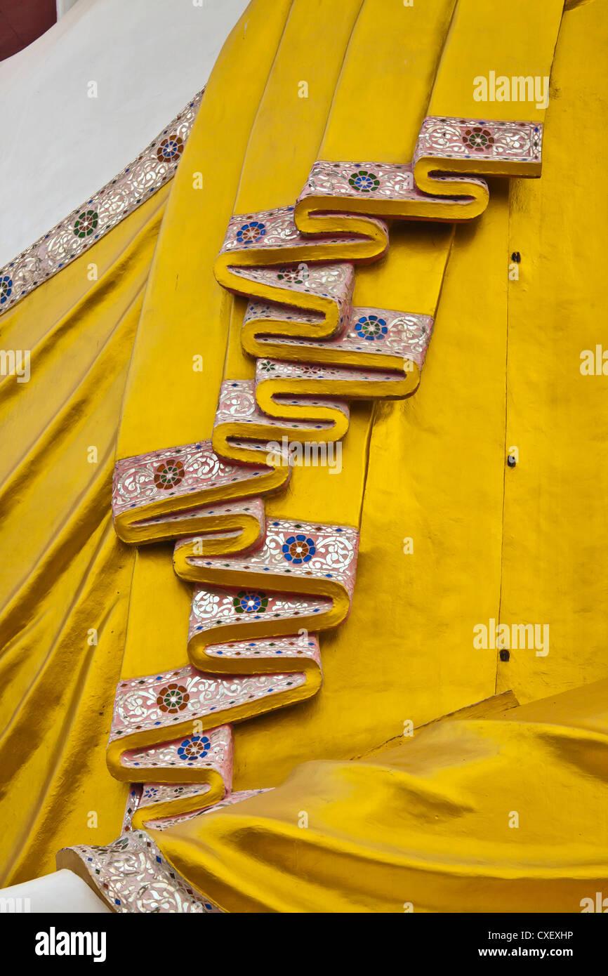 Gewand Detail der BUDDHA-STATUE am KYAIK WORTSPIEL PAYA - BAGO, MYANMAR Stockbild