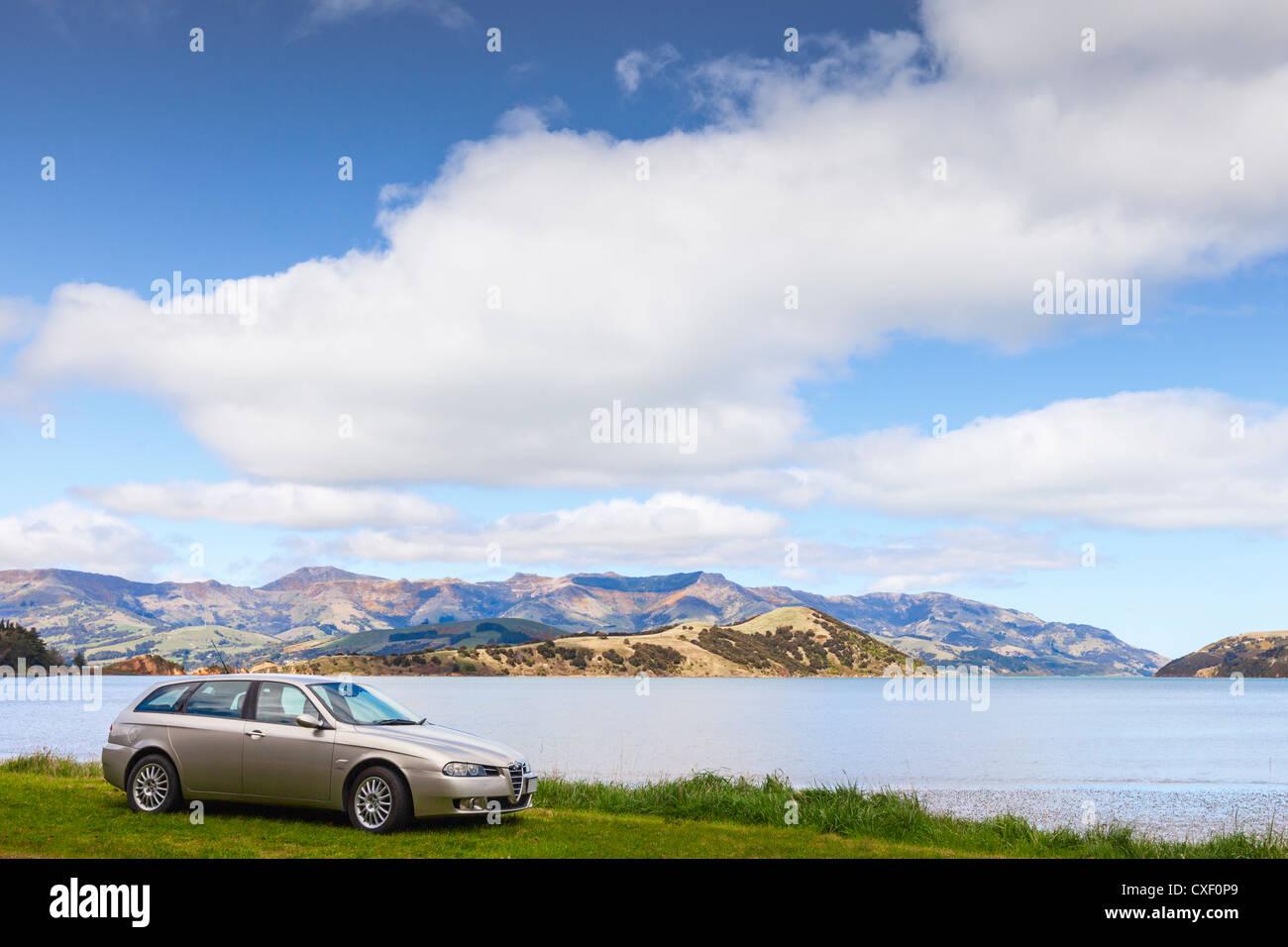 Champagner farbige Alfa Romeo 156 Sportwagon, parkte neben Akaroa Harbour in New Zealand. Stockbild