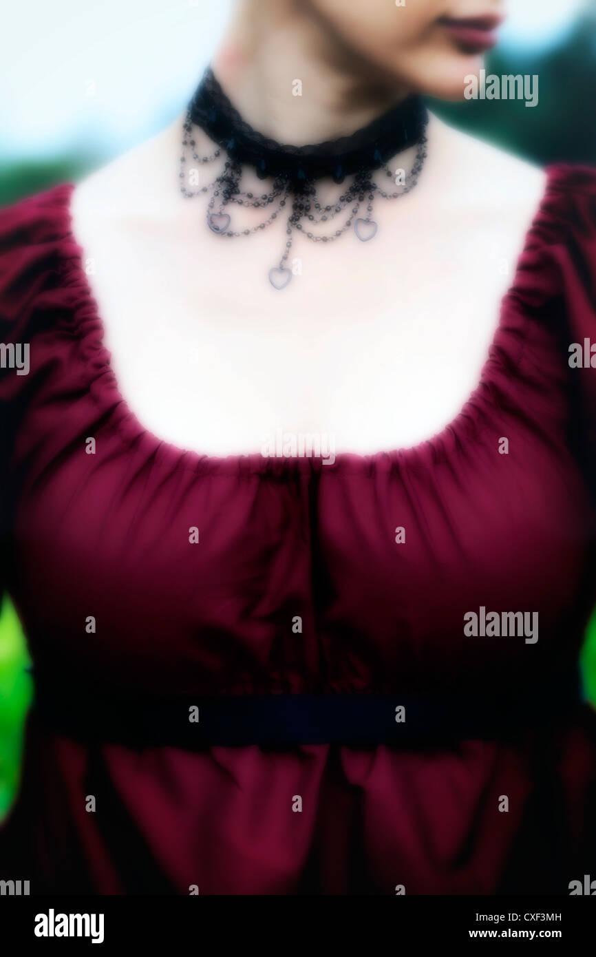 Frau mit einem roten Periode Kleid Stockbild
