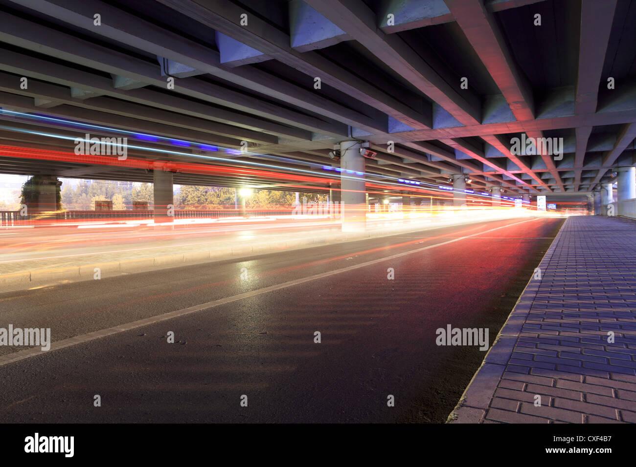 Verkehr unter dem Viadukt Stockbild