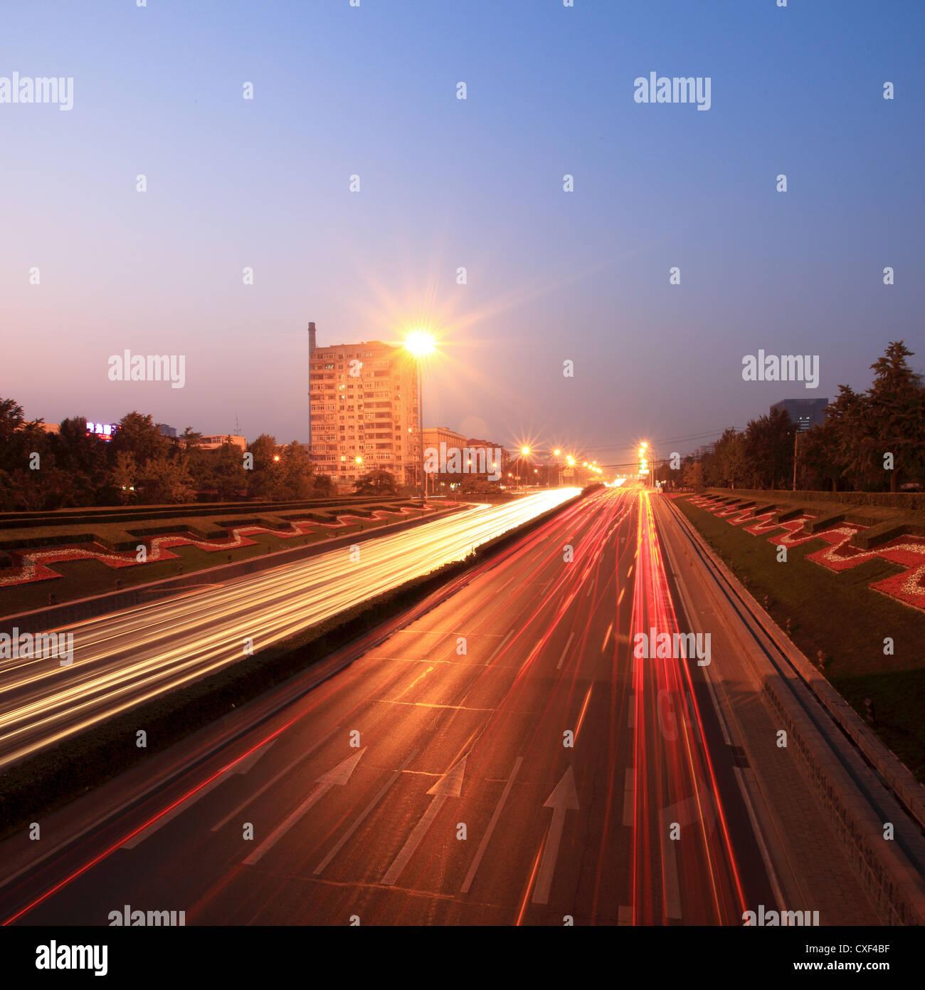 Verkehr in der Abenddämmerung in der Rush hour Stockbild