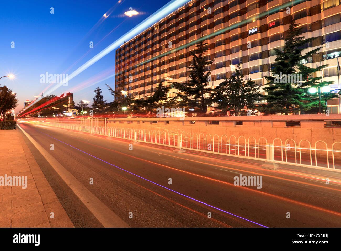Peking-Straße Verkehr in der Abenddämmerung Stockbild