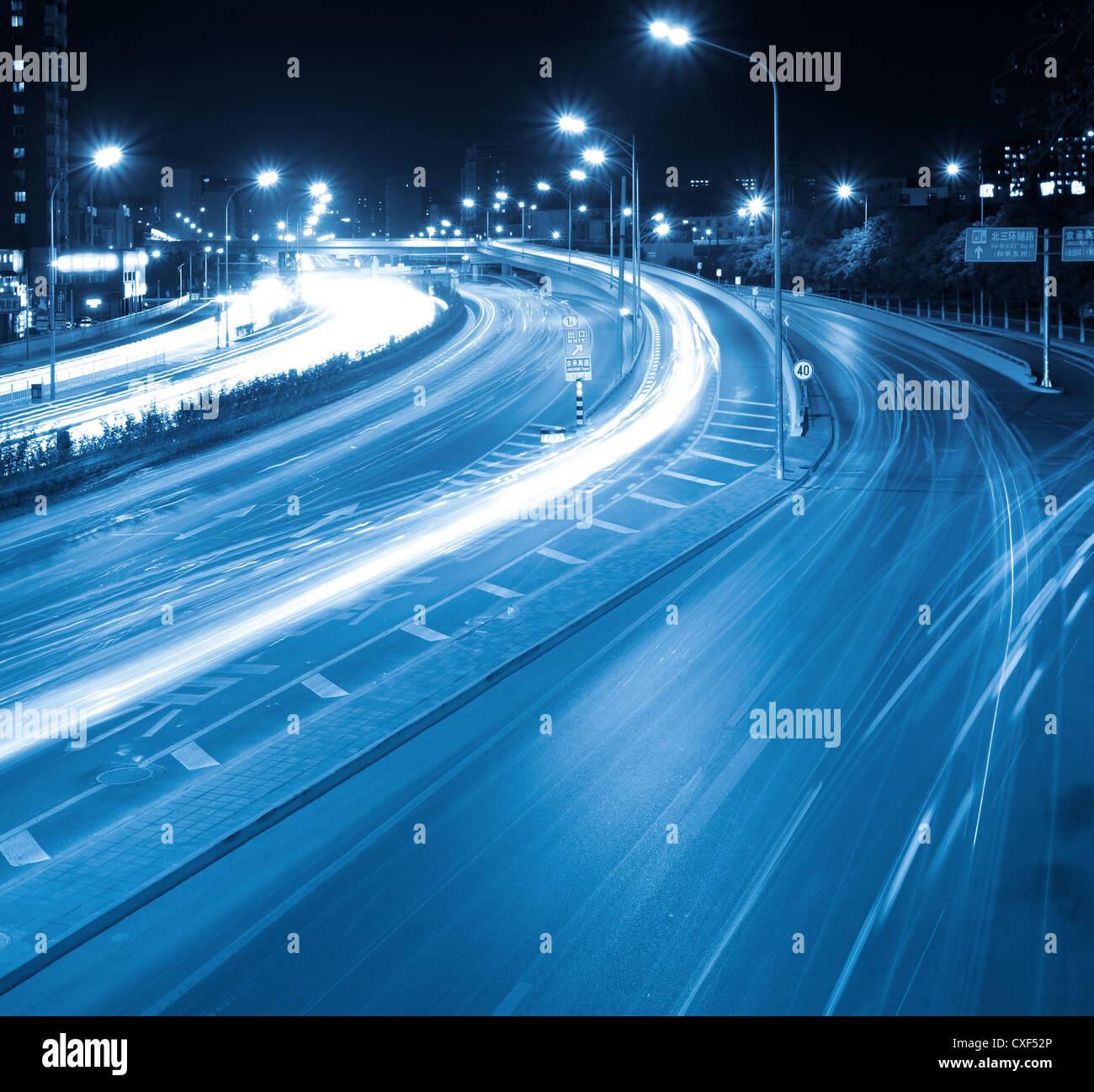 Nachtverkehr in modernen Stadt Stockbild