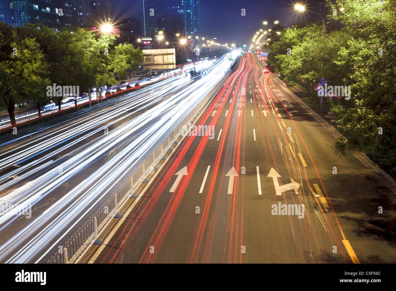 Peking-Nacht-Szene im Feierabendverkehr Stockbild