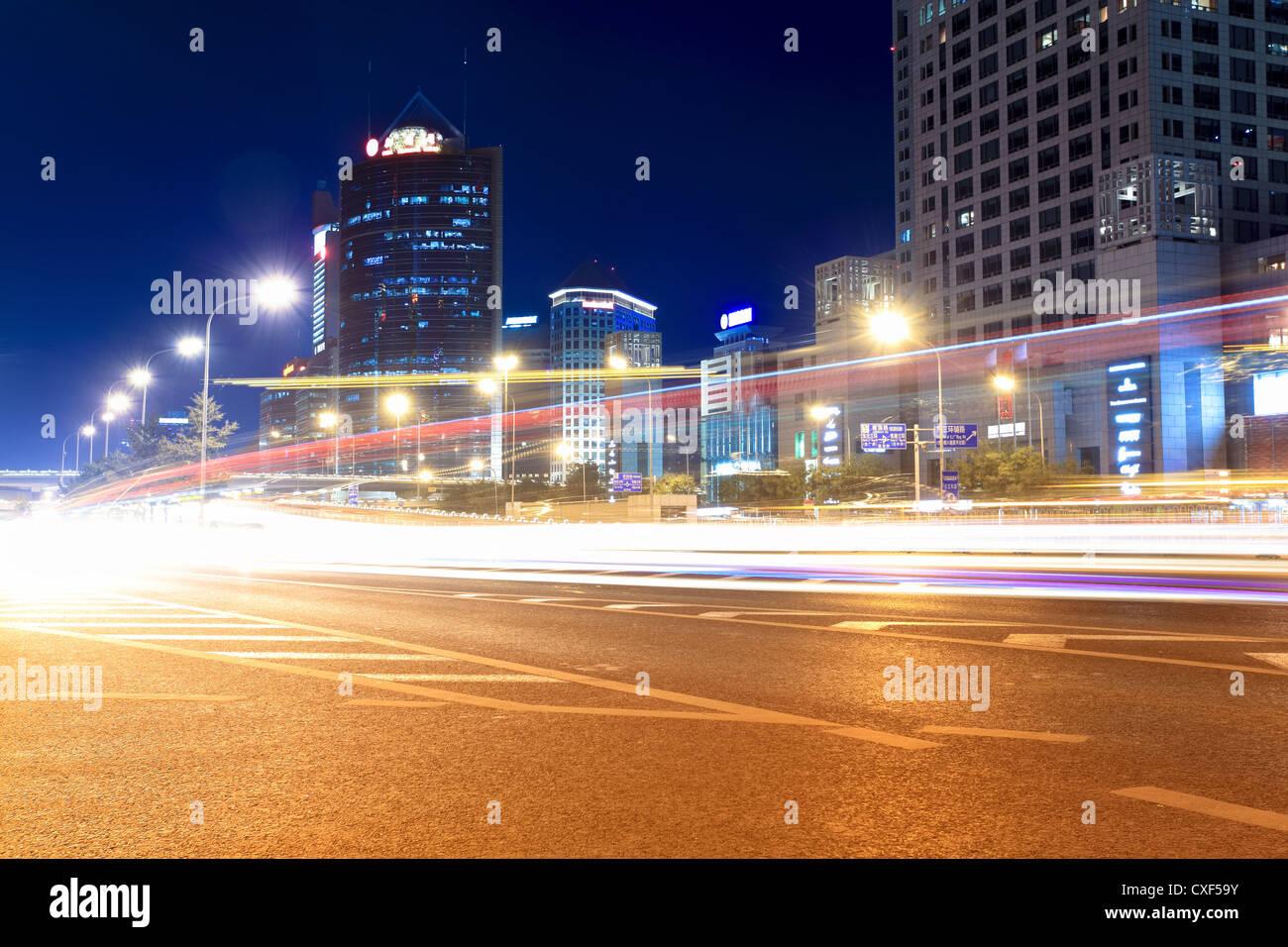 Straßen mit hohem Verkehrsaufkommen in der Nacht Stockbild