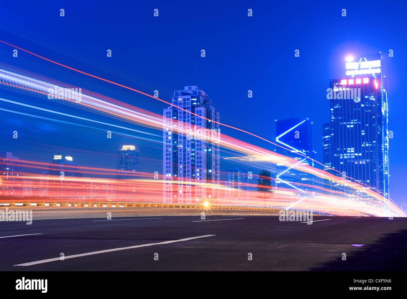 Lichtspuren auf der Autobahn Stockfoto
