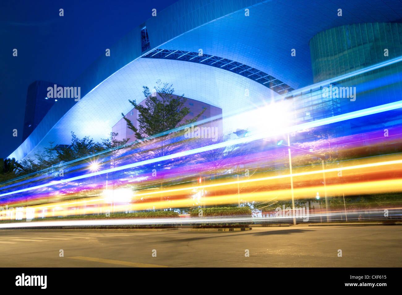 Lichtspuren auf der Straße Stockbild