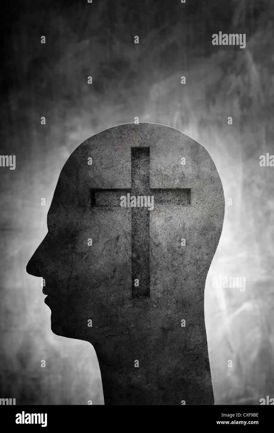 Konzeptbild eines Kopfes mit einem christlichen Kreuz-Symbol. Stockbild