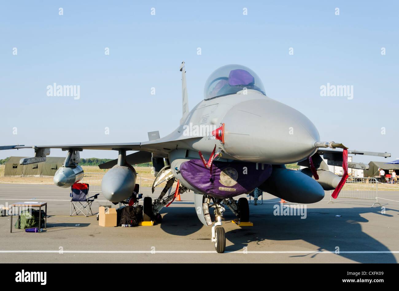 Flugzeug f-16 Fighting Falcon auf der Airshow Batajnica 2012 in Belgrad, Serbien am 2. September 2012. Stockfoto
