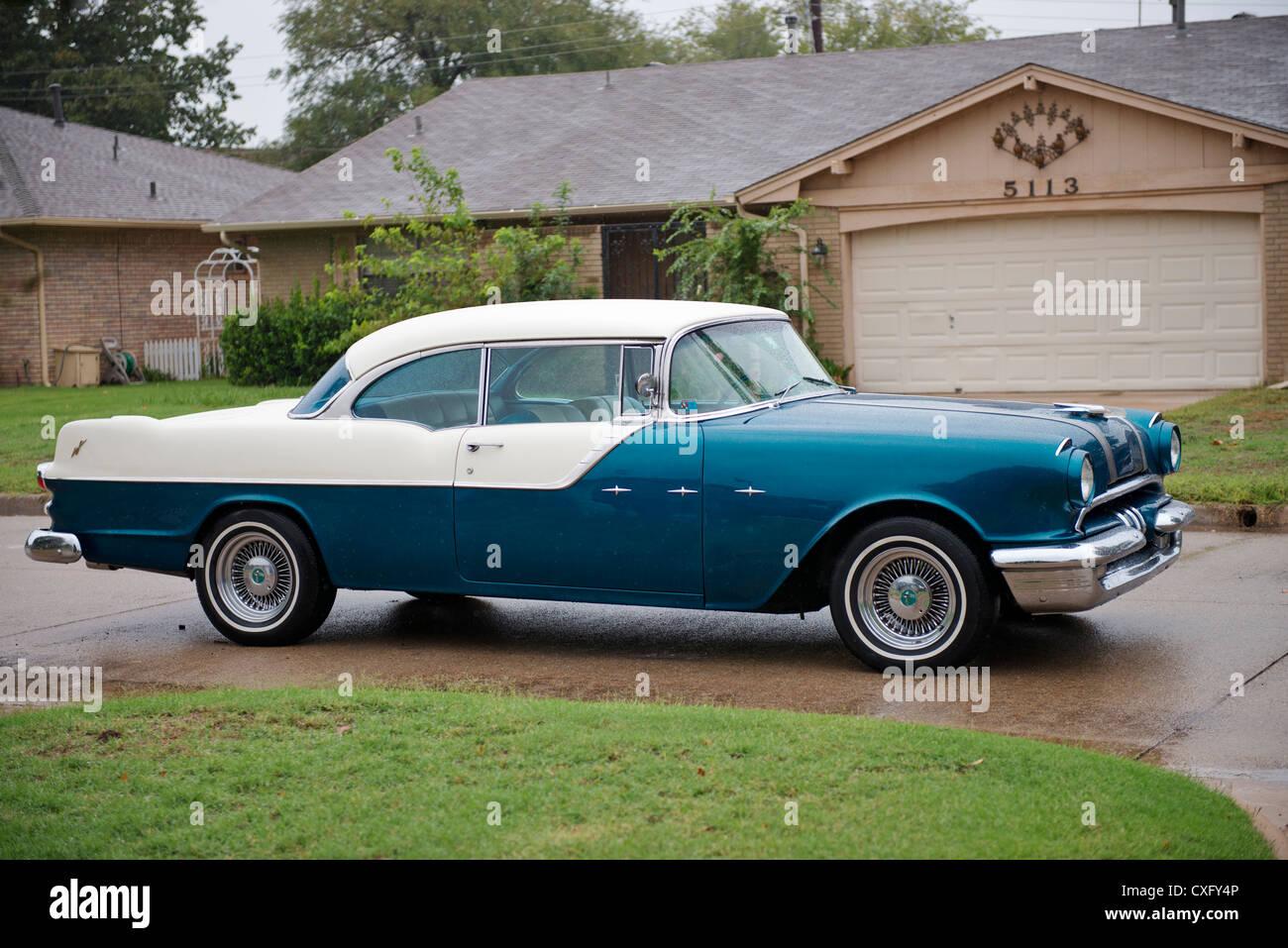 Klassiker 1955 Pontiac Star Chief 2-türiges Auto. Beifahrerseite. Stockbild