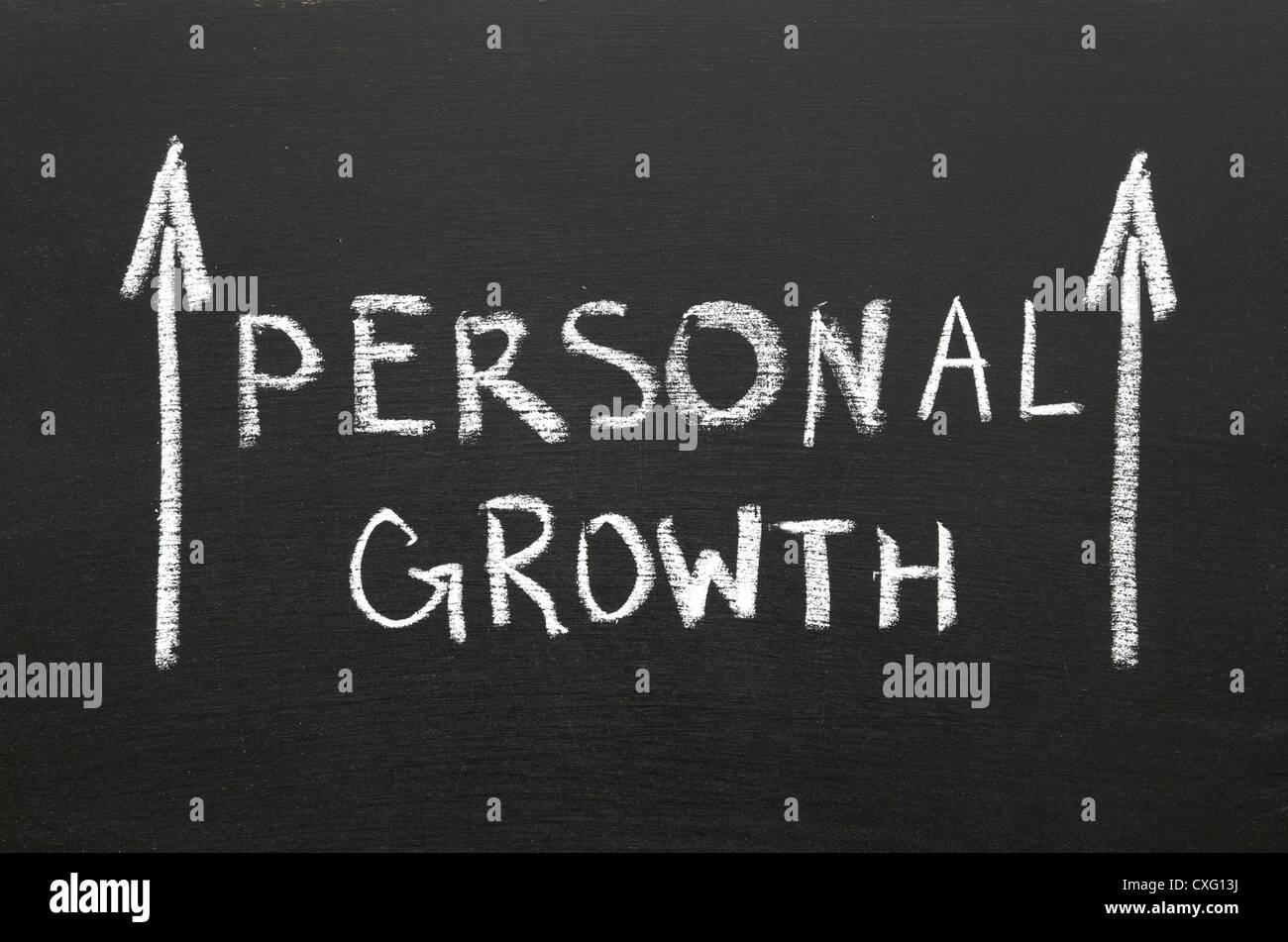 Persönliches Wachstum Ausdruck handschriftlich auf der Tafel mit steigenden Pfeile Stockbild