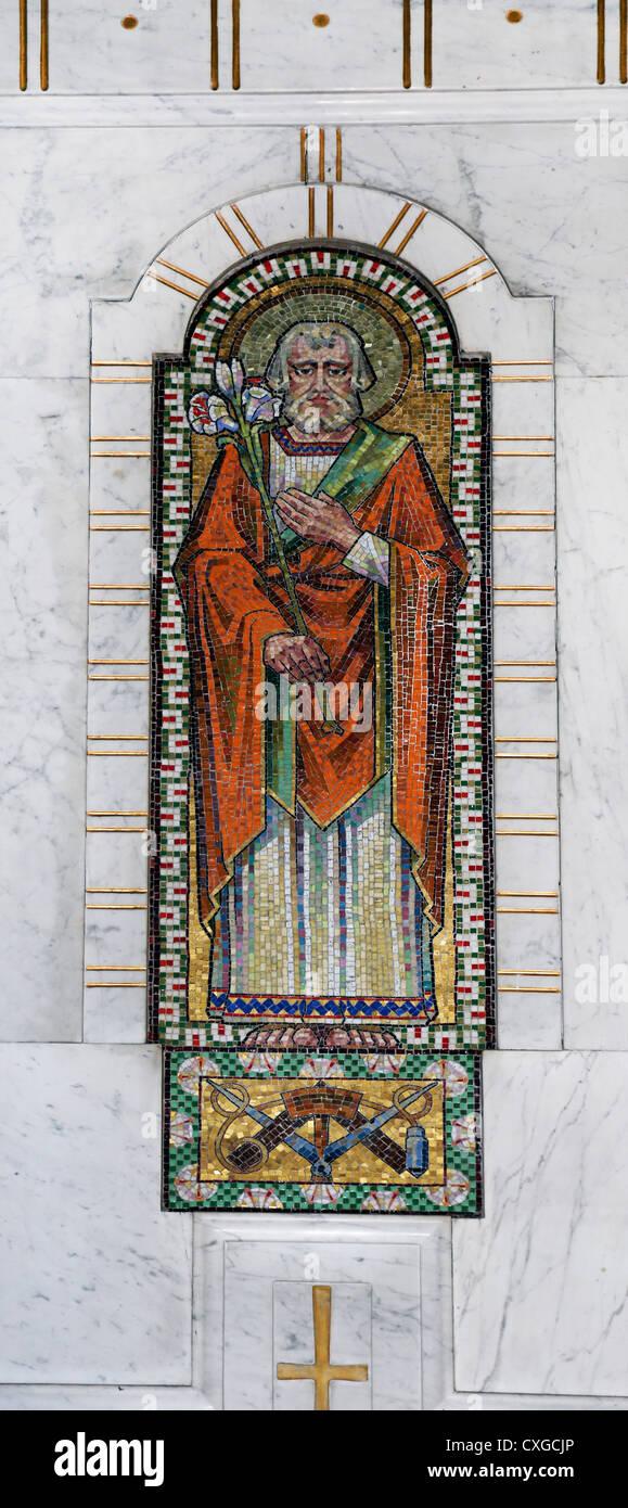 Surrey England Sutton Kirche unserer lieben Frau vom Rosenkranz Mosaik des Heiligen Josef hält einen Stab mit Stockbild
