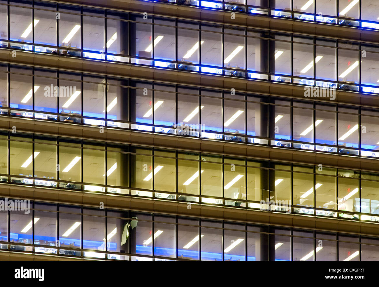 Leer-Büroturm in der Nacht. Stockbild