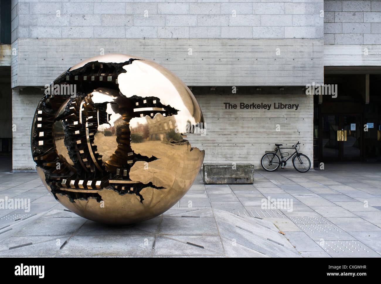 Kugel In Einer Kugel Von Arnaldo Pomodoro Trinity College Dublin