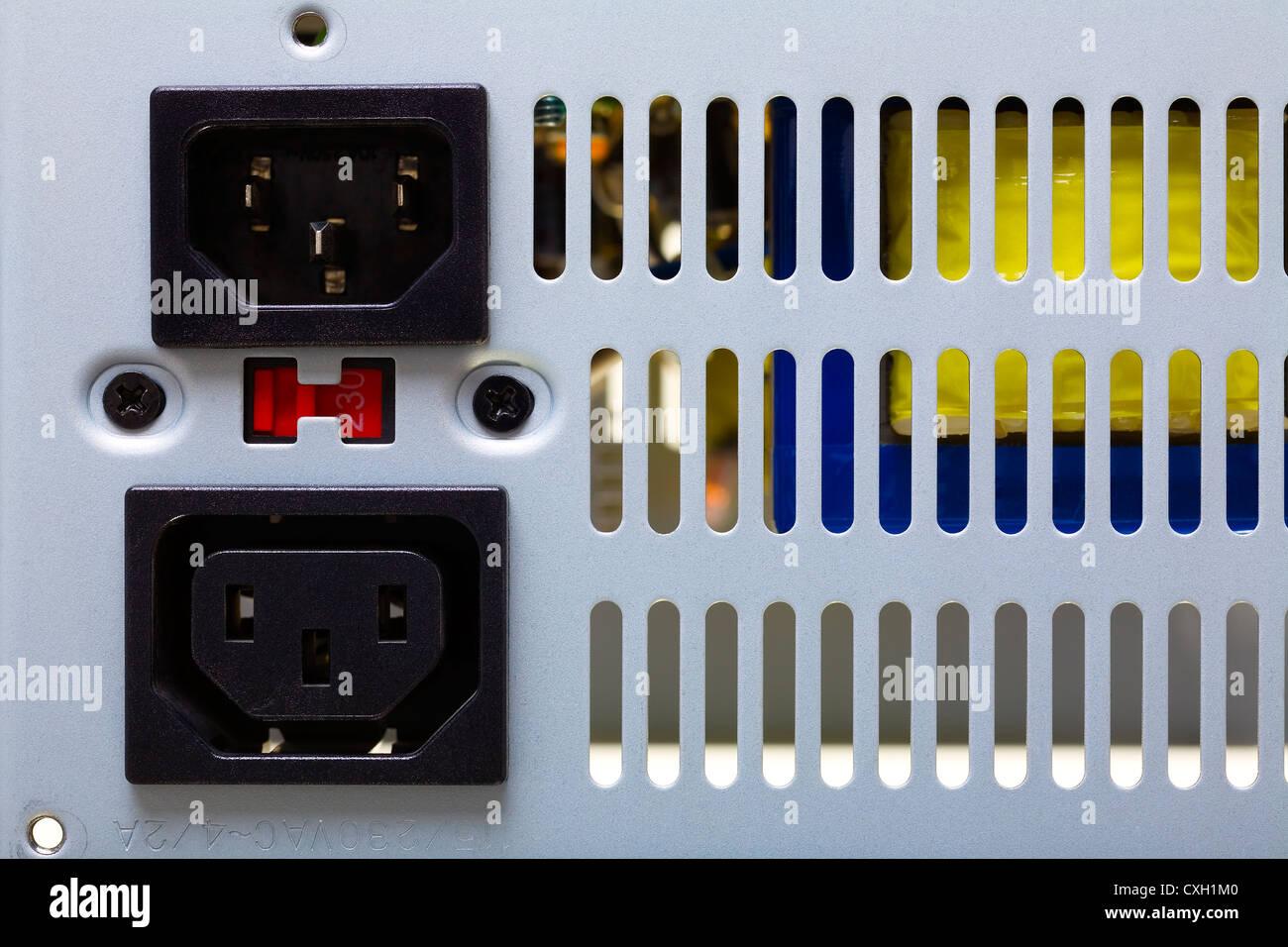 Ein Computergehäuse mit Steckdosen und Luft-Löcher Nahaufnahme Stockbild