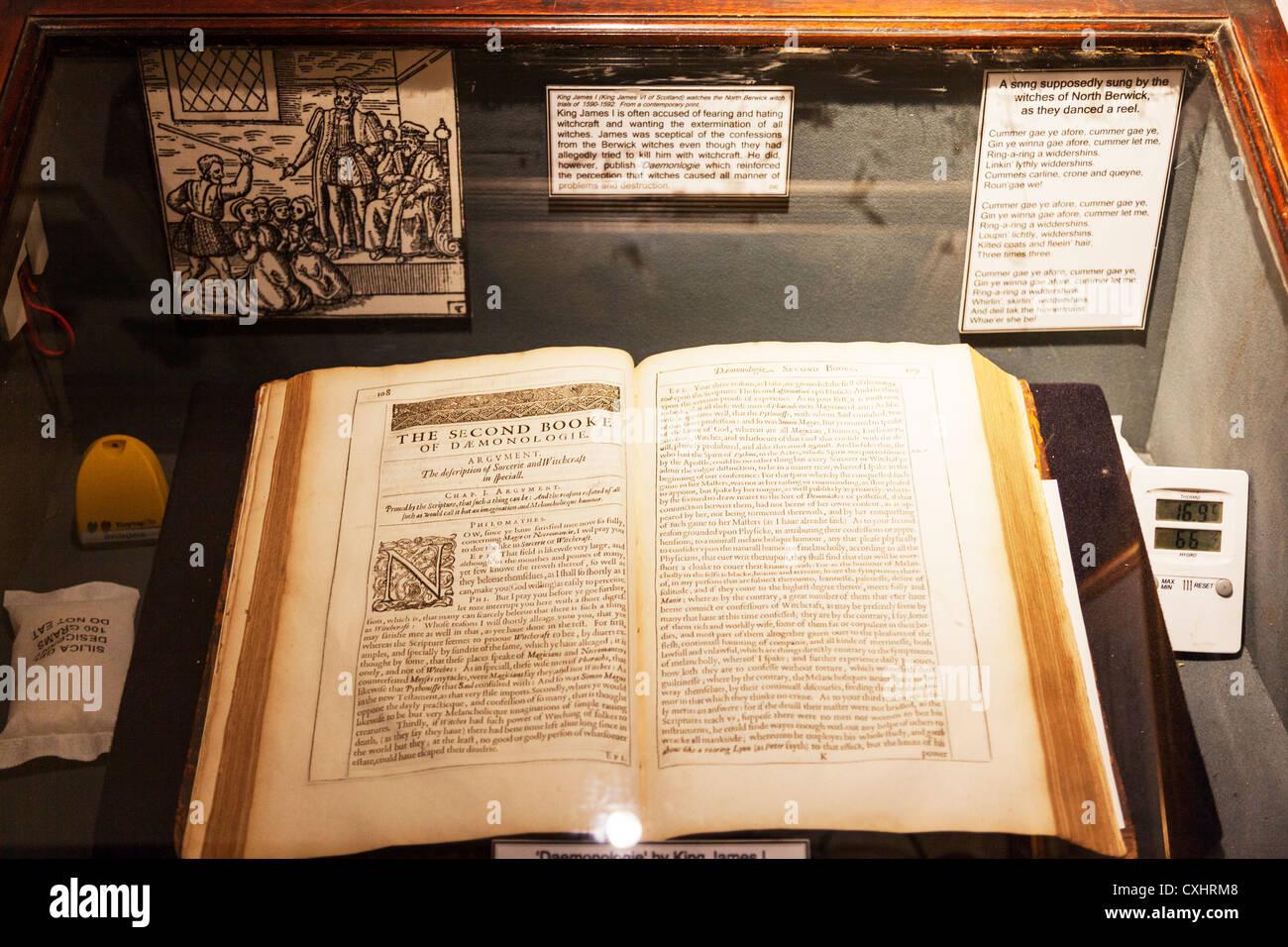 Hexerei Museum Seiten aus dem zweiten Buch der Dämonologie Buch des okkulten für Beschwörung von Stockbild