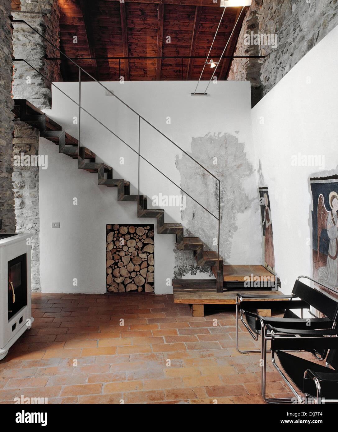 Moderne Treppe In Die Rustikale Stube Mit Terrakotta Böden Stockfoto
