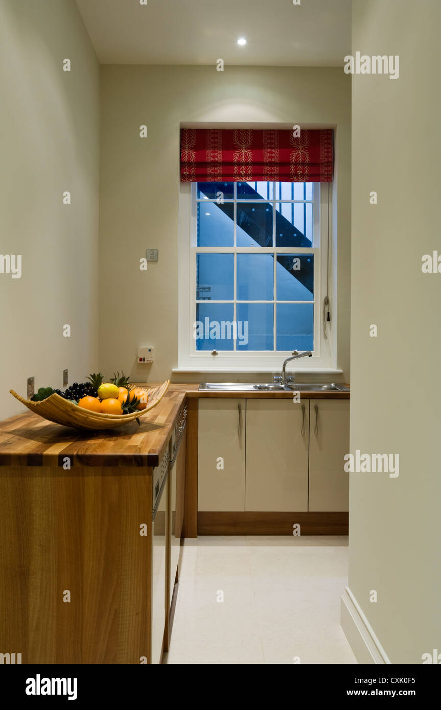 Farbe innen Küche Schrank Arbeitsplatte aus Holz Waschbecken ...