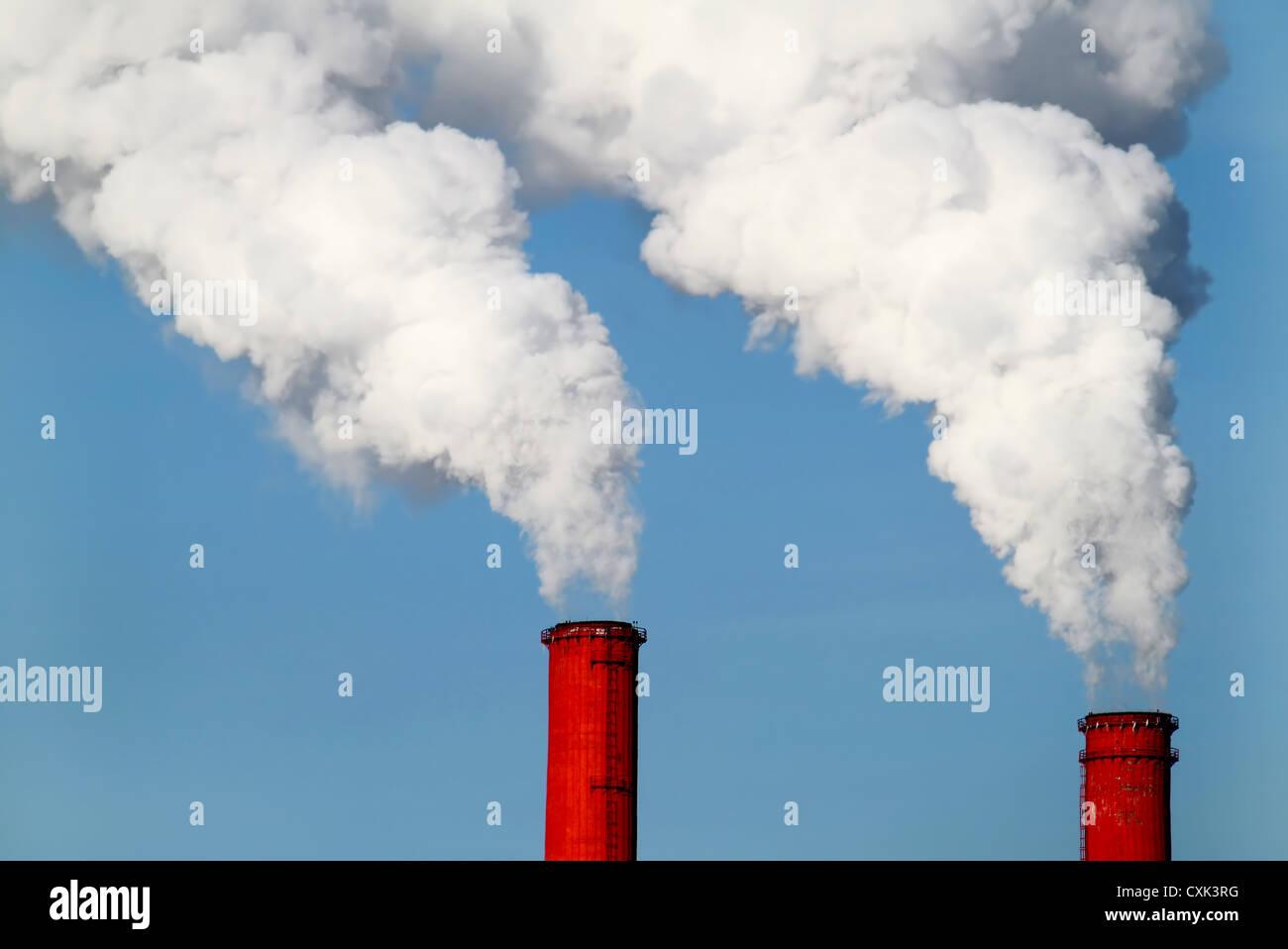 Rote Rohre und Rauch Stockbild