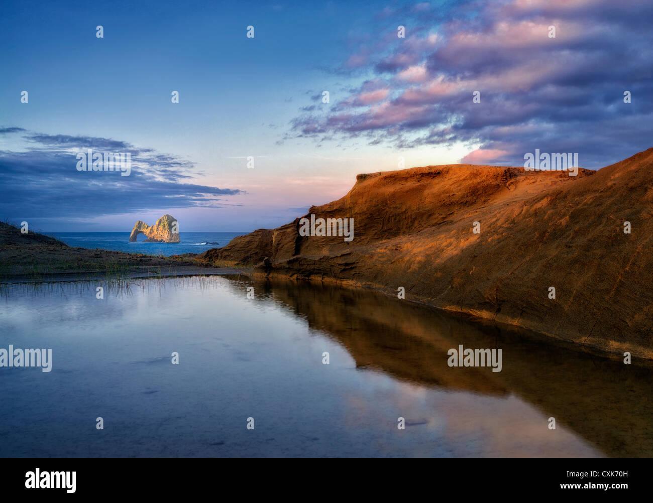 Mack Arch bei Sonnenaufgang und reflektierende Lache des Wassers. Oregon Stockbild