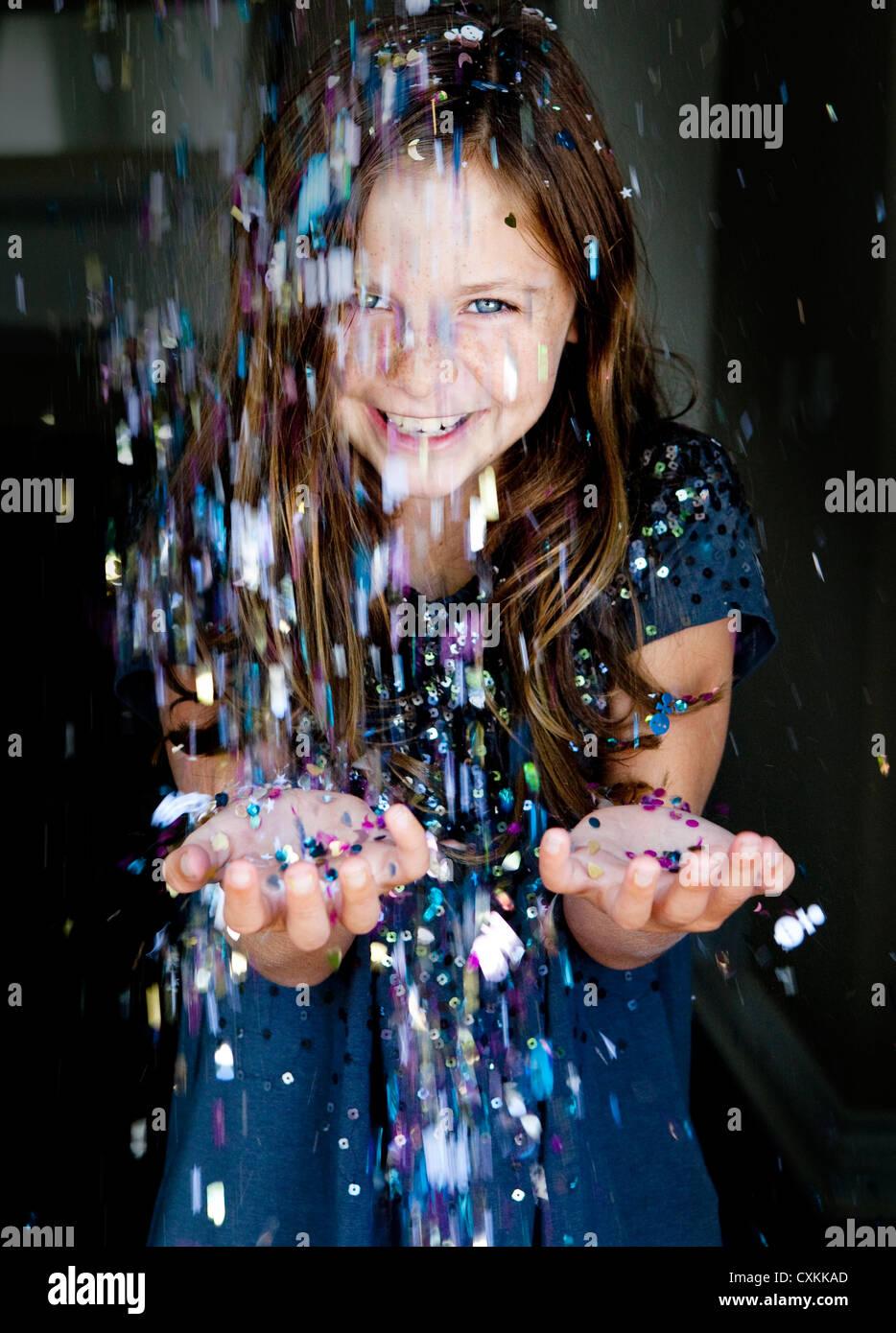Glitter bestreuen auf junge Mädchen Stockbild