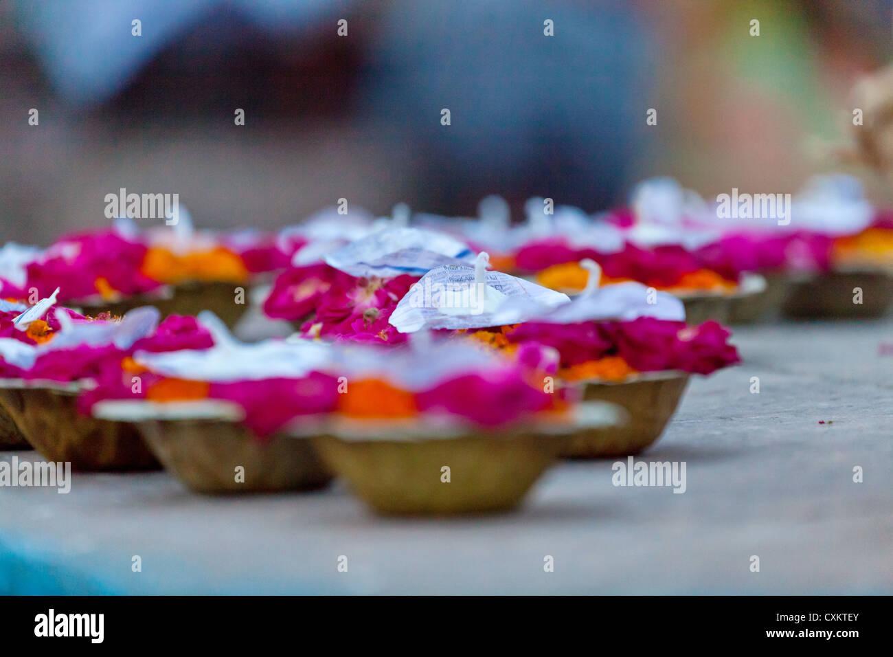 Angebot-Cups in Varanasi Stockbild