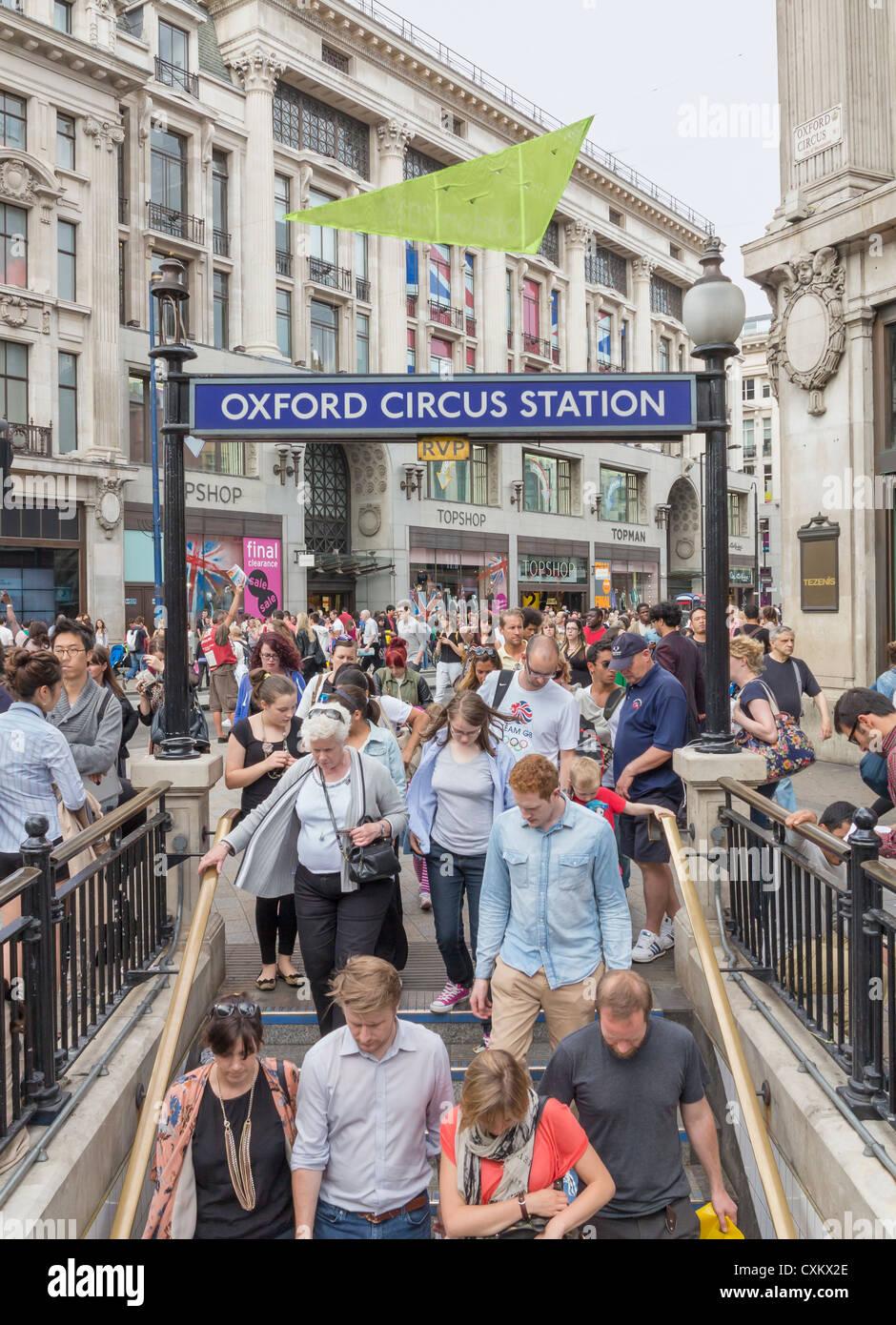 Oxford Circus u-Bahn Eingang während der Rush Hour, London, England Stockbild