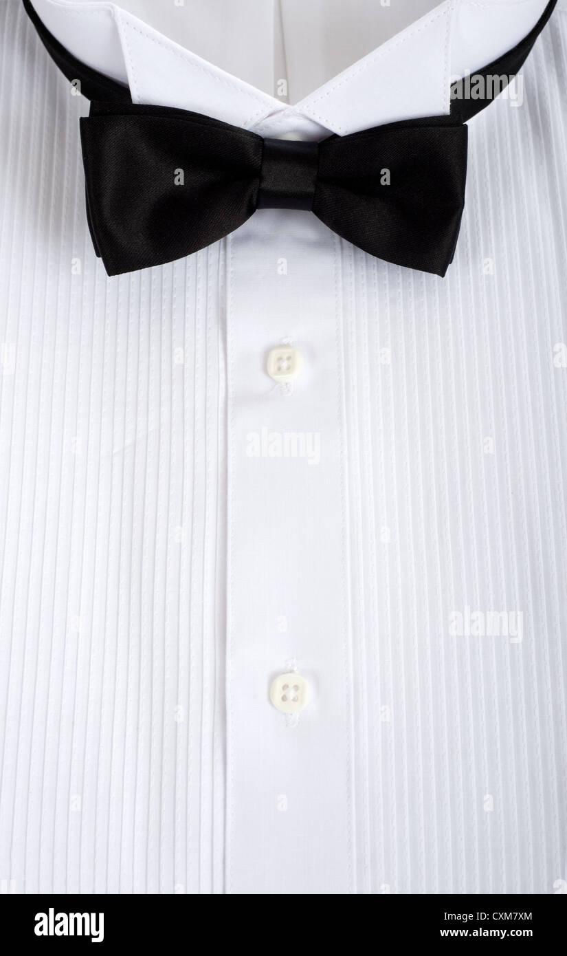 Smokinghemd mit schwarzer Fliege Stockbild