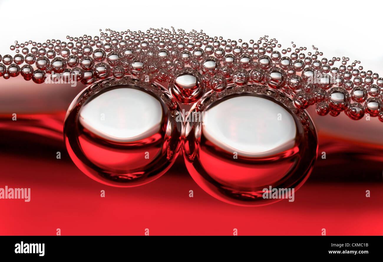 zwei große Luftblasen, gefolgt von kleineren Bläschen Stockbild