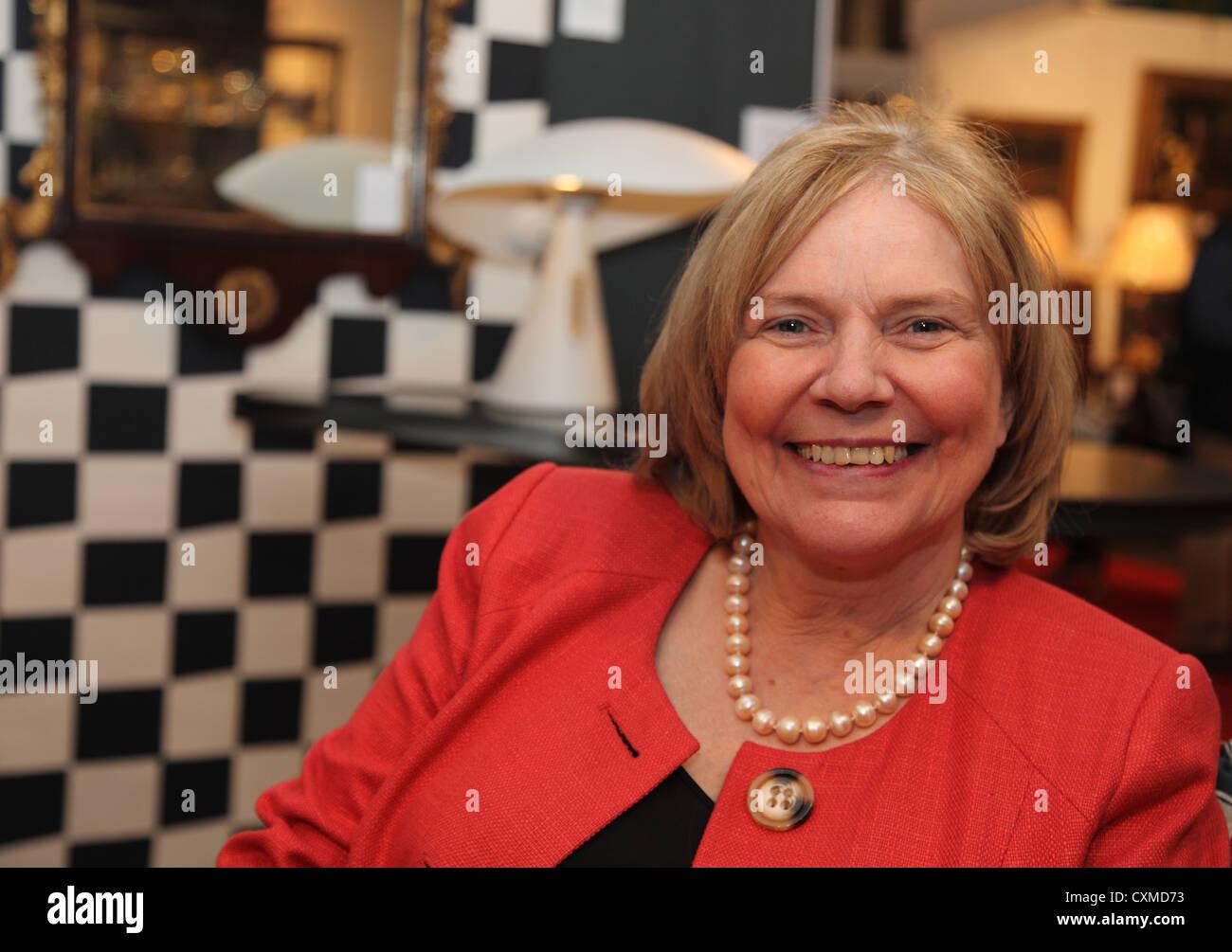 Antiquitäten-Experte, Autor und TV-Persönlichkeit Judith Miller bei den irischen Händler Association Stockbild