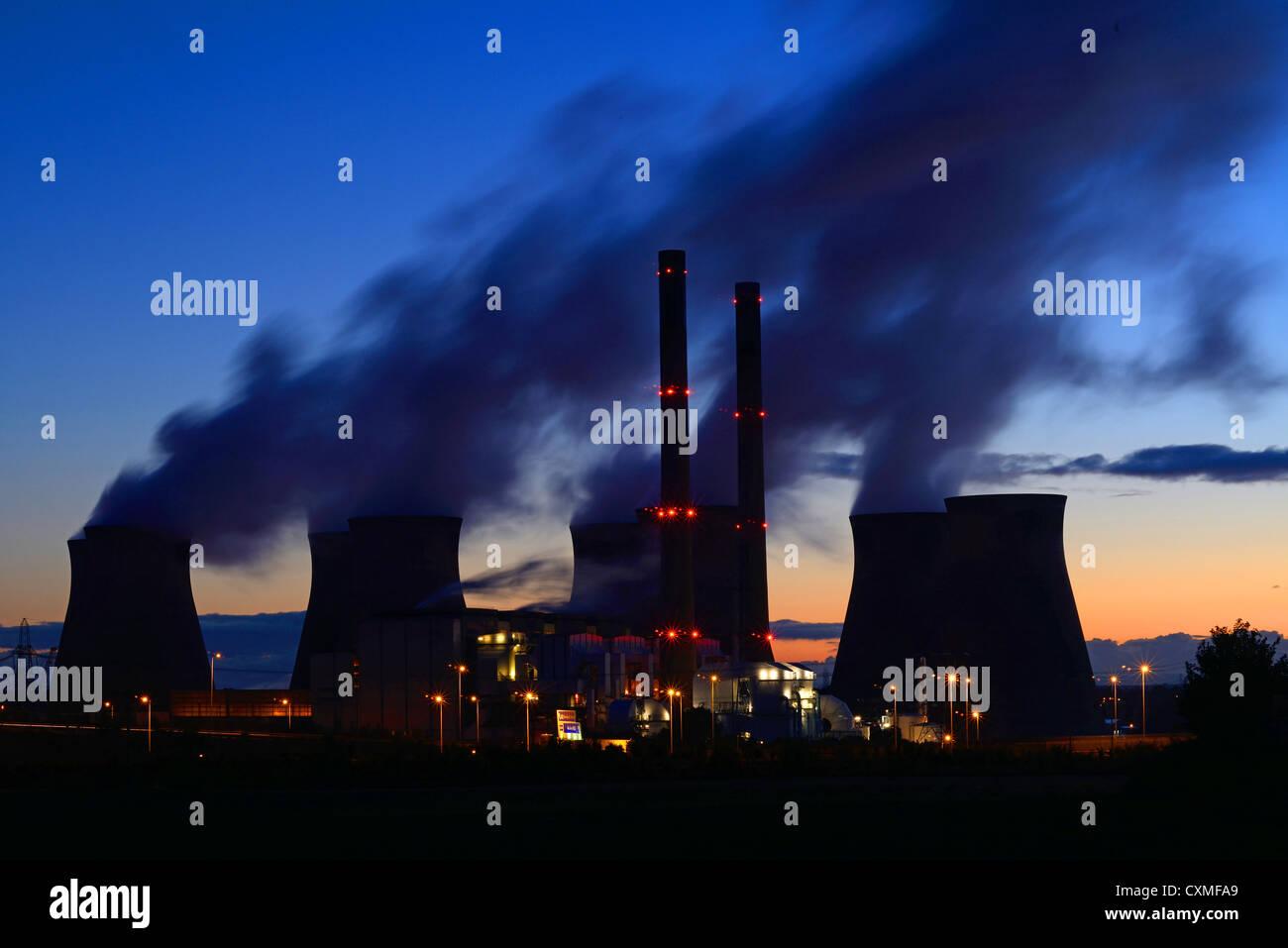 Sonnenaufgang bei Ferrybridge Kohle betriebene Kraftwerk Yorkshire UK Stockbild
