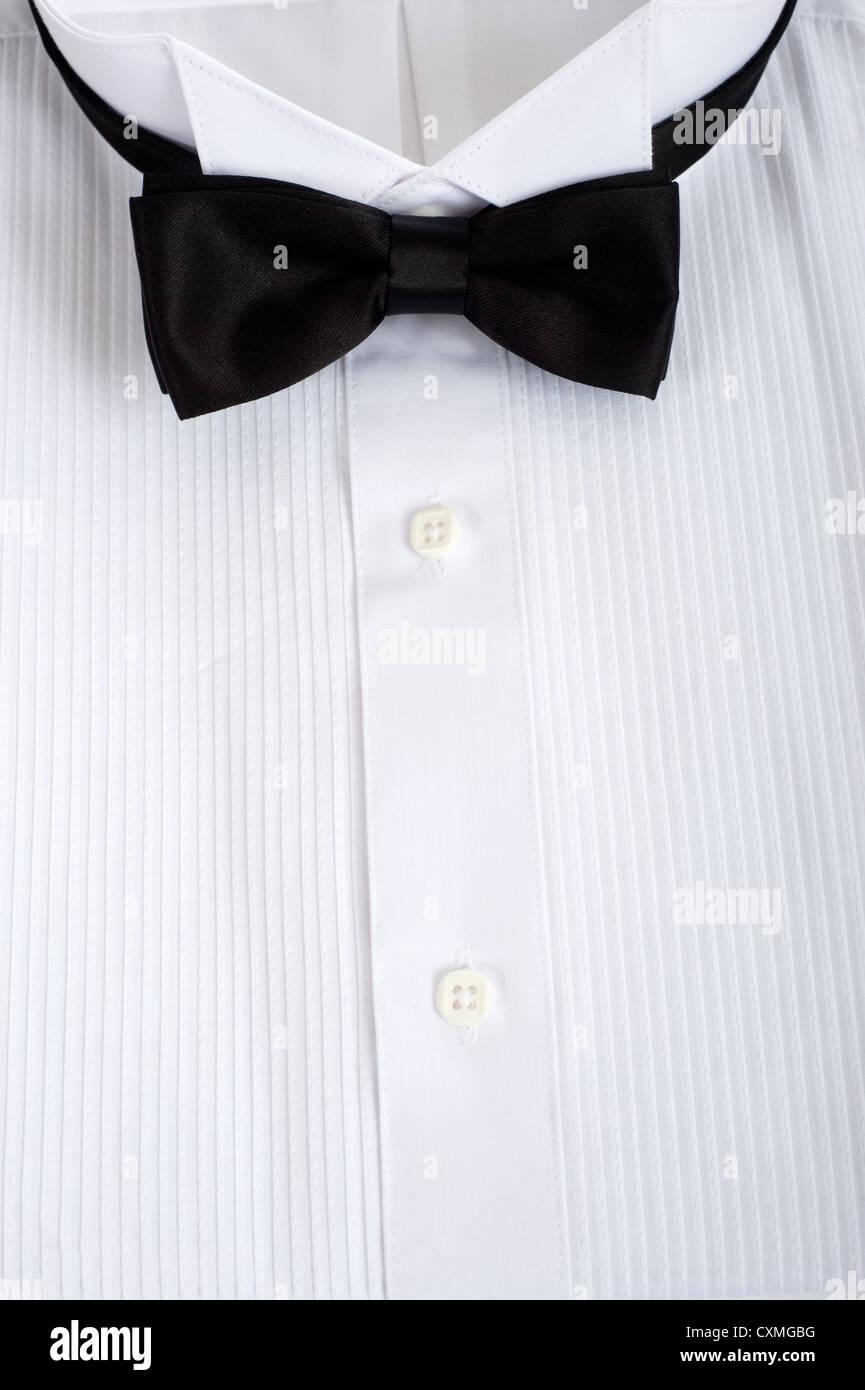 Formale weißen Smokinghemd mit einer schwarzen Fliege Stockbild
