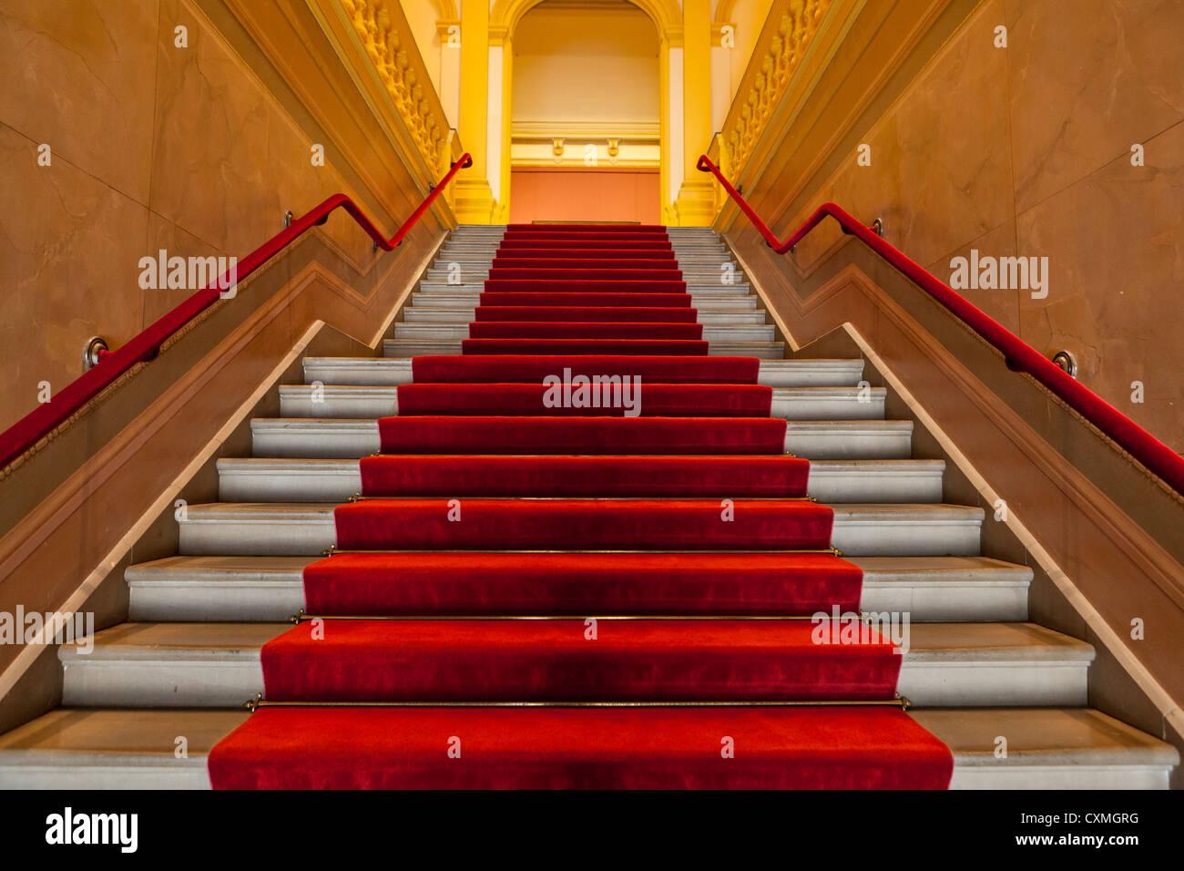 Roten Teppich ausgekleidet Treppe Stockbild