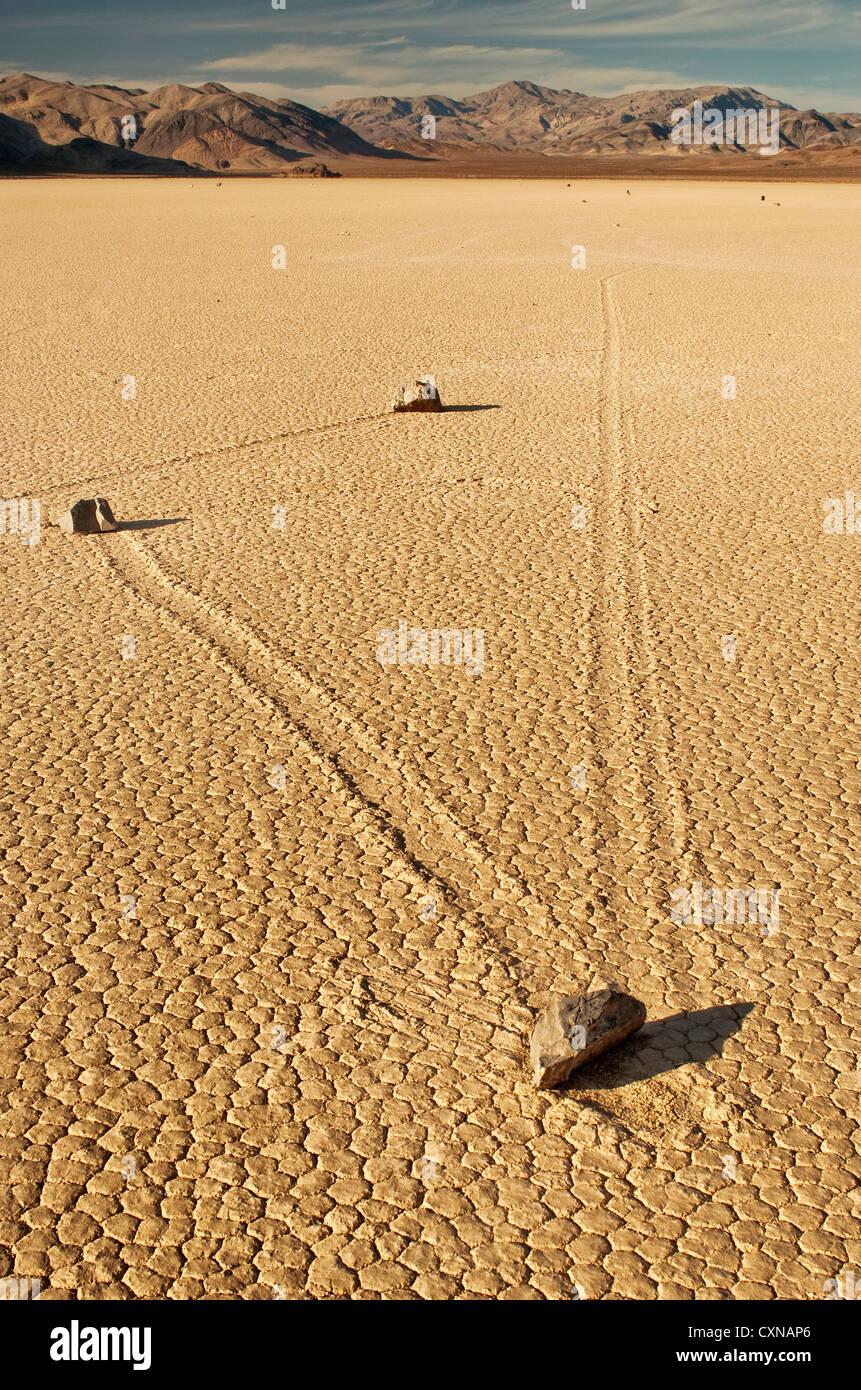 Verschieben von Felsen an der Rennstrecke trockene See, Mojave Wüste im Death Valley National Park, Kalifornien, Stockbild