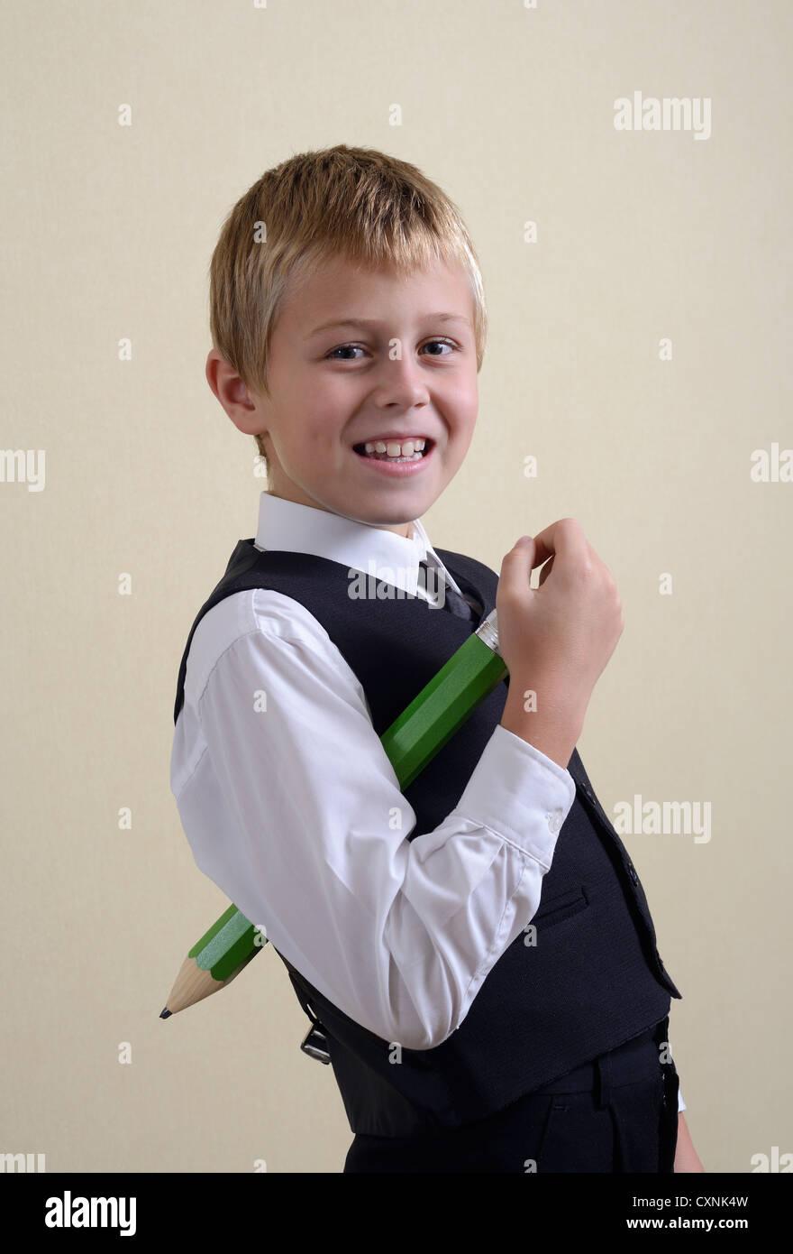 Brave Schüler mit großen Bleistift Stockbild