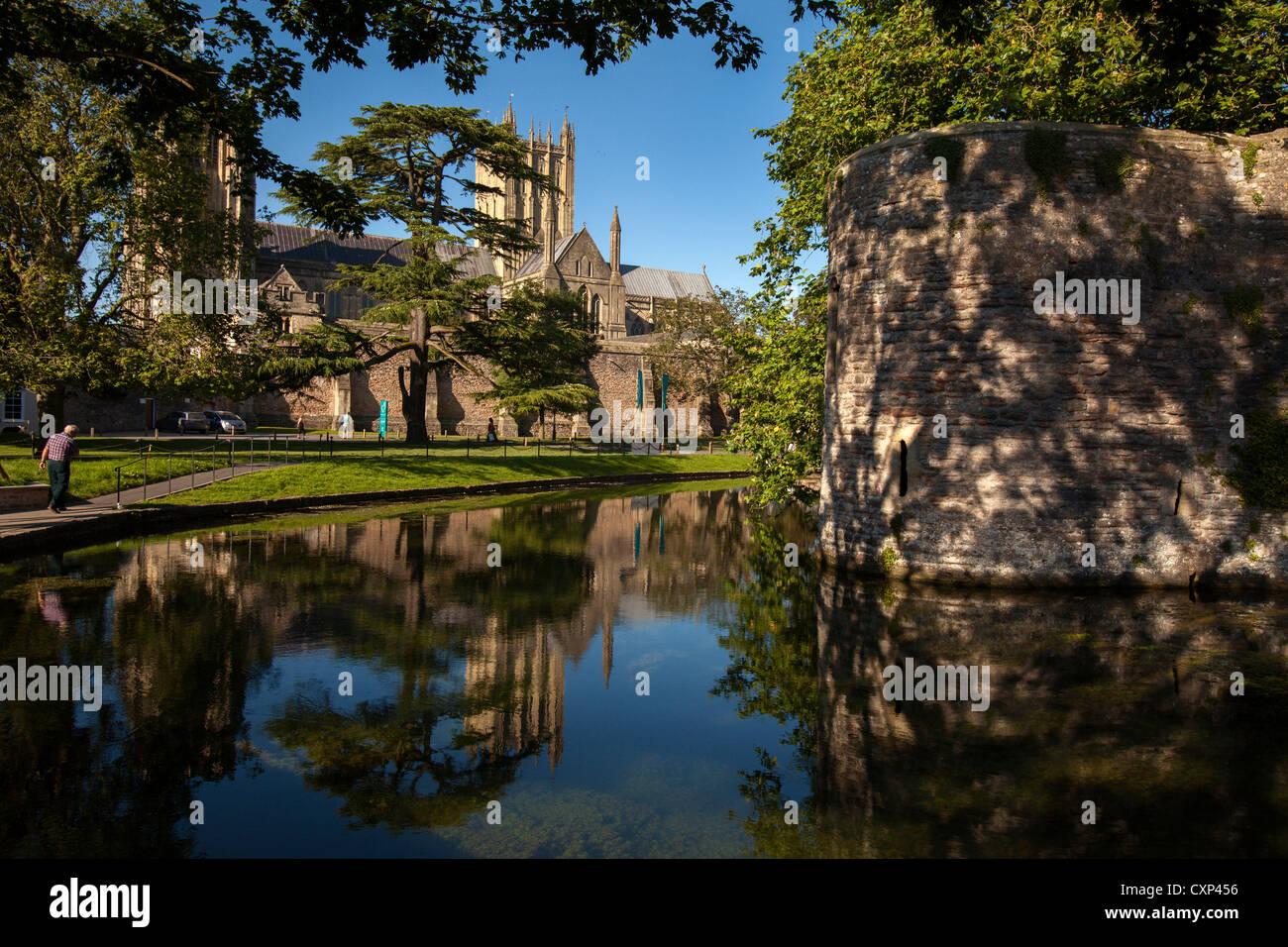 Die Ansicht der Wells Cathedral über den Graben rund um den Bischofspalast Stockfoto